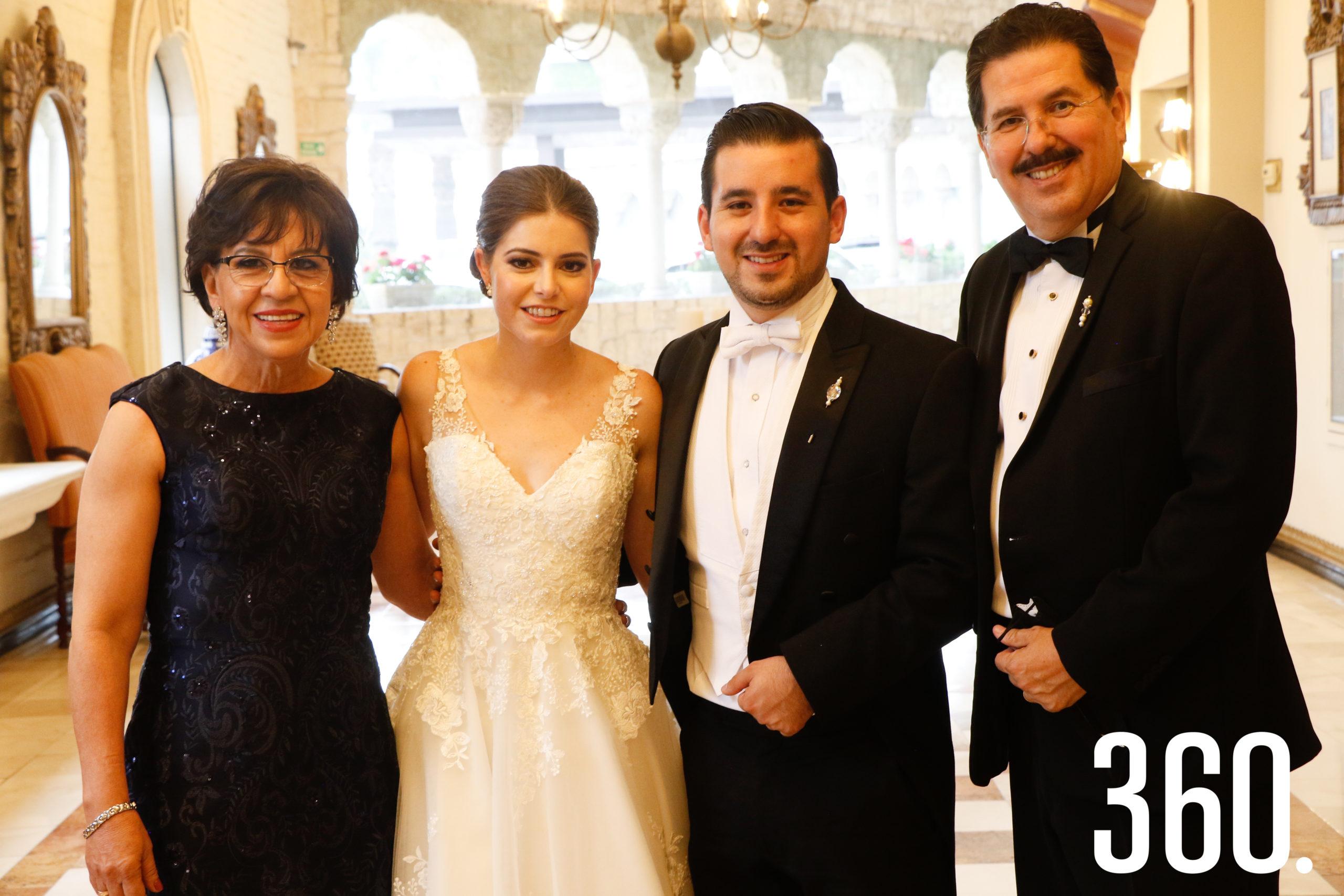 Los novios con Marcela Viera y Luis Arturo González, padres del novio.