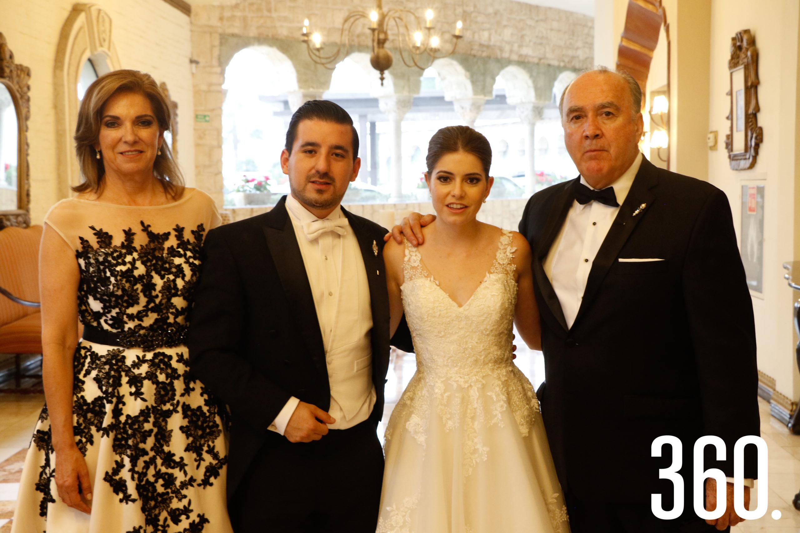 Los novios con Gloria Flores y Jorge Dávila, padres de la novia.