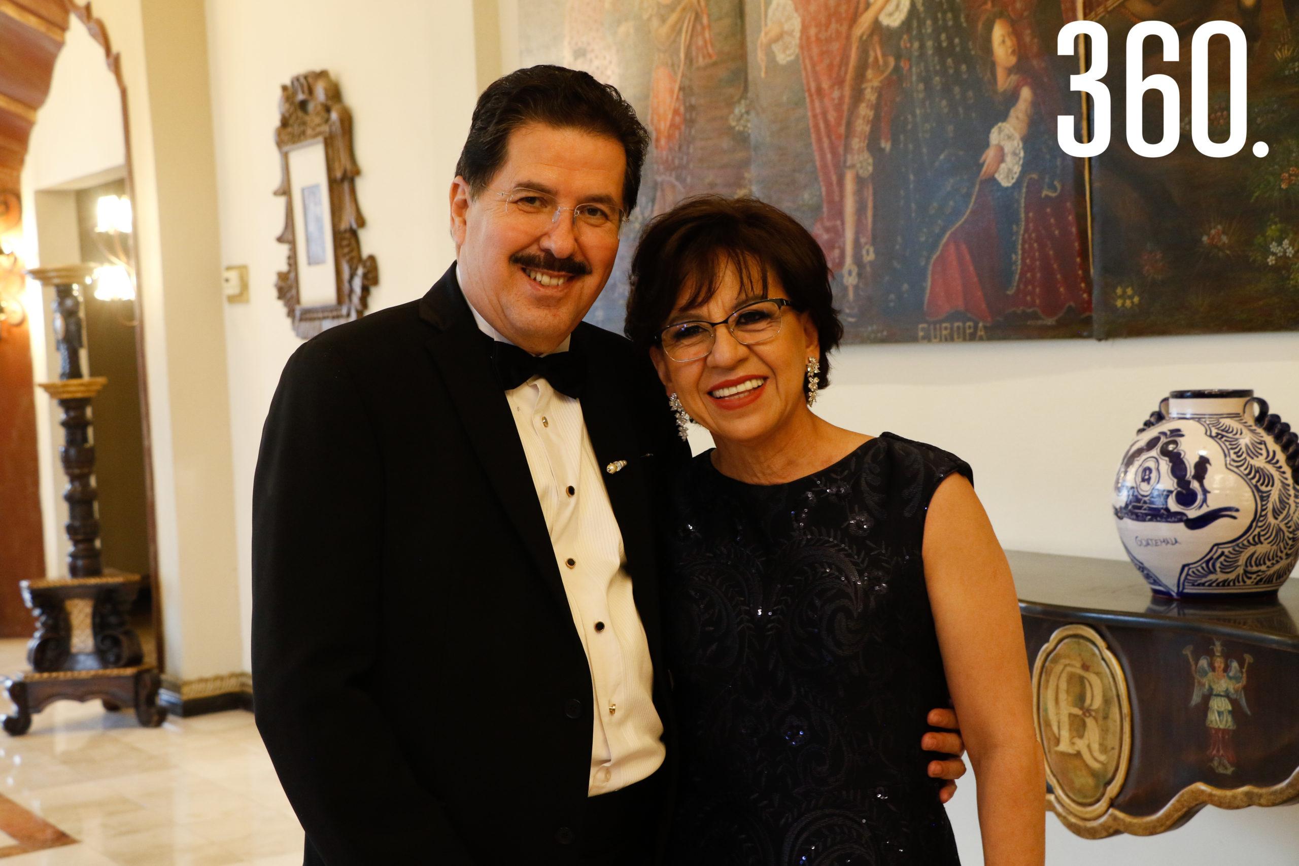 Luis Arturo González y Marcela Viera, padres del novio.