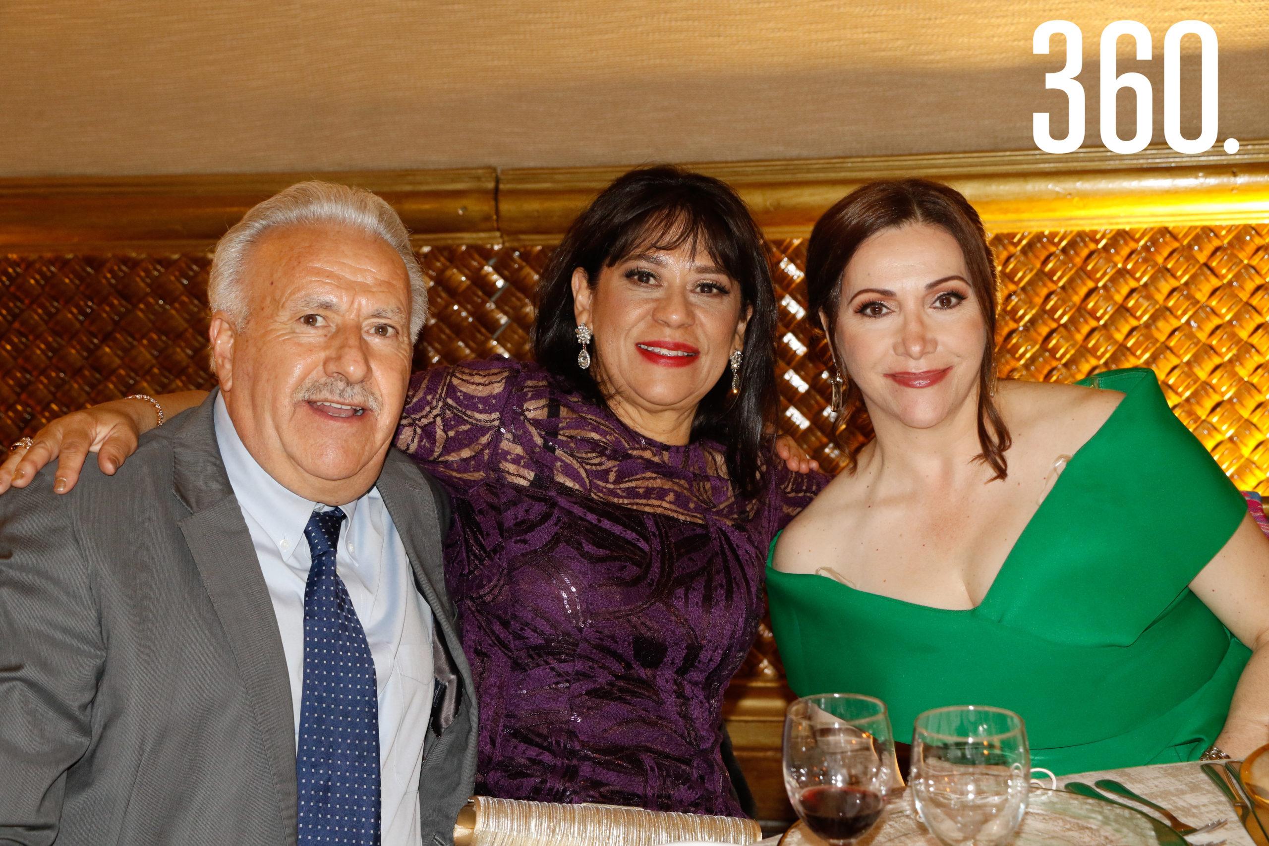 Carlos Dávila, Velia Ronquillo y Lucía del Carmen Dávila.