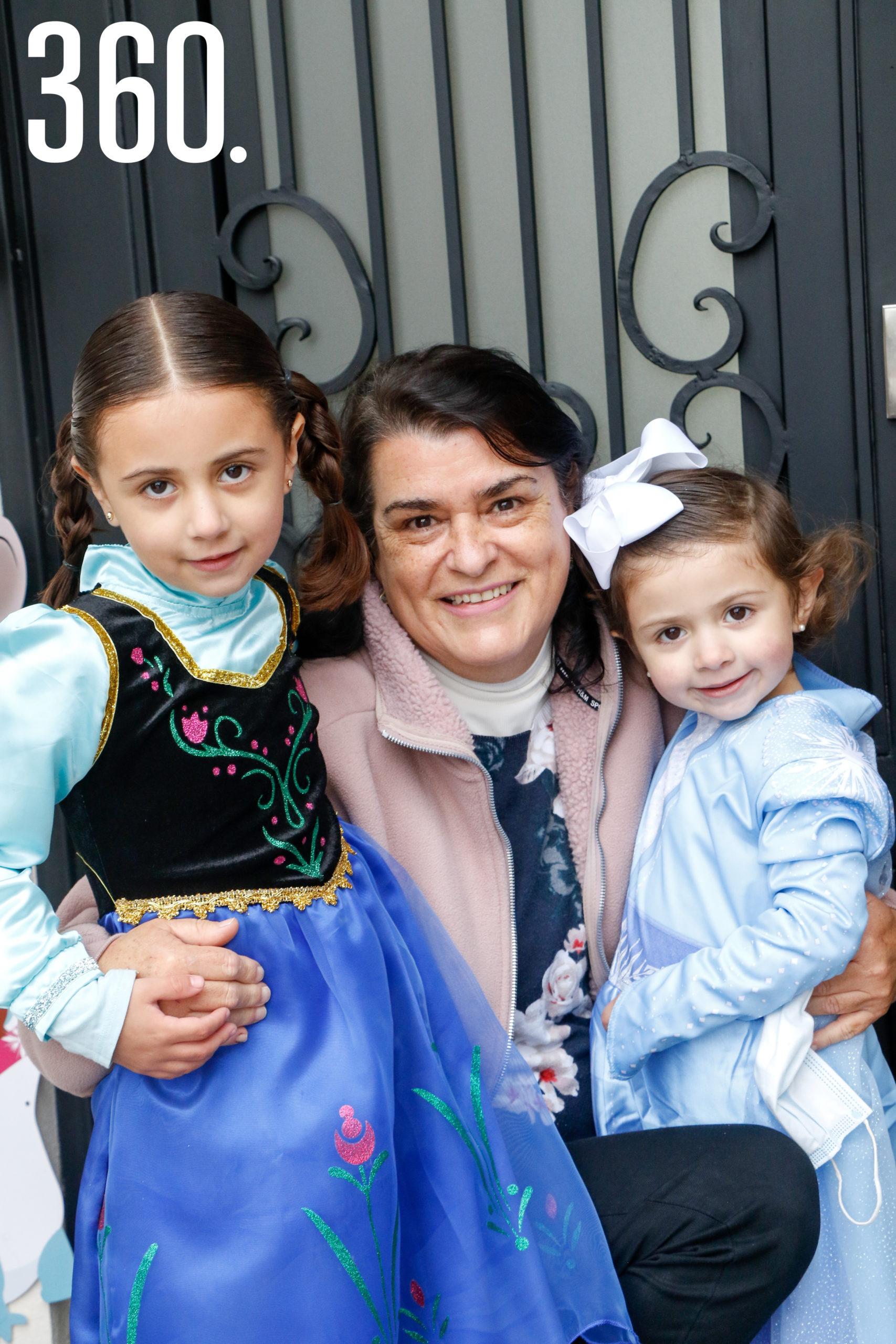 Valeria y Mariana con su abuela, Paty Rumayor.