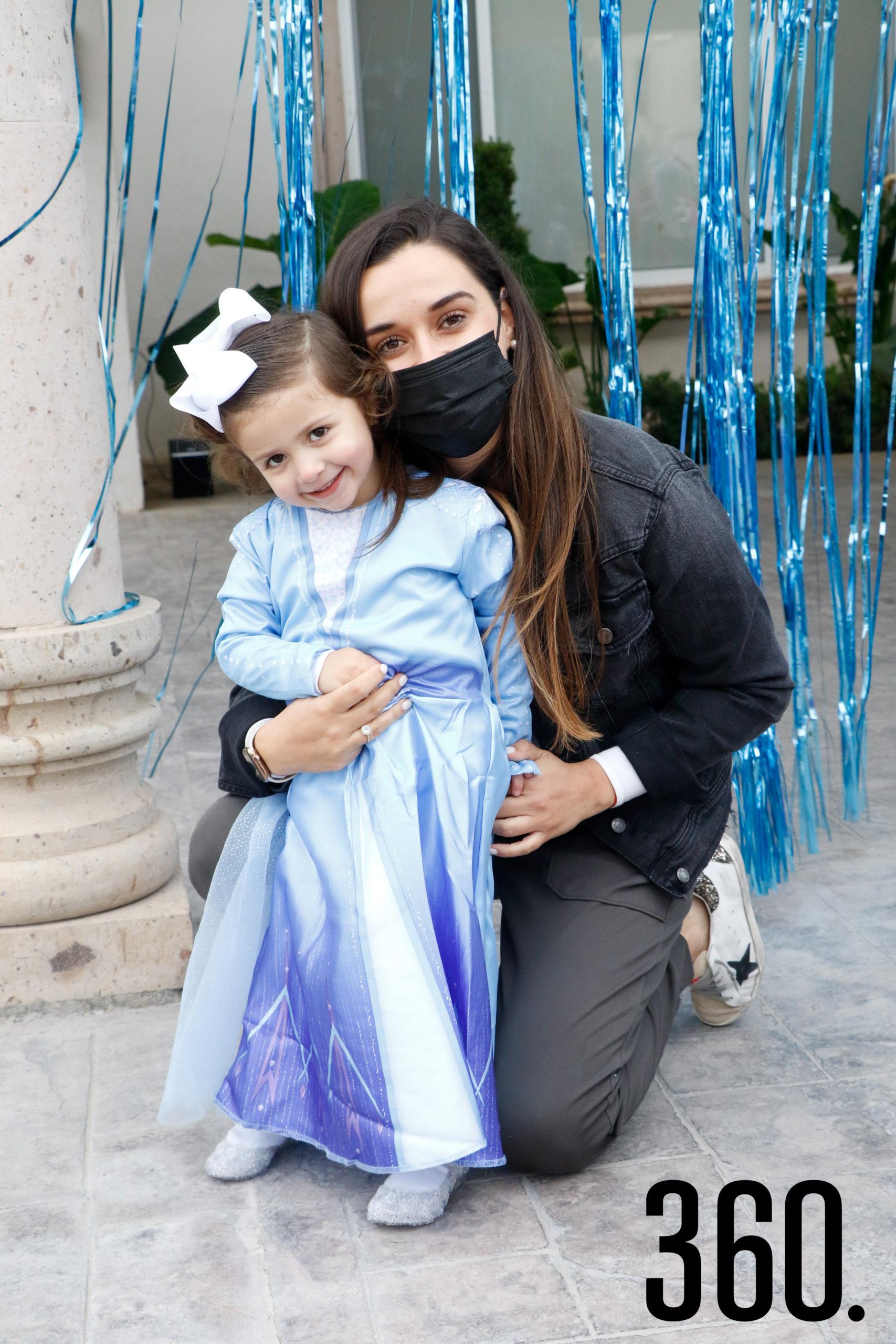 Mariana con su tía, Ana Lucía Paz.
