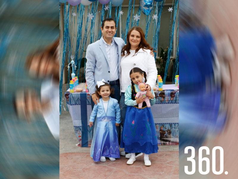 Mariana con sus papás y hermana, Gilberto Martínez, Lorena Paz y Valeria Martínez.