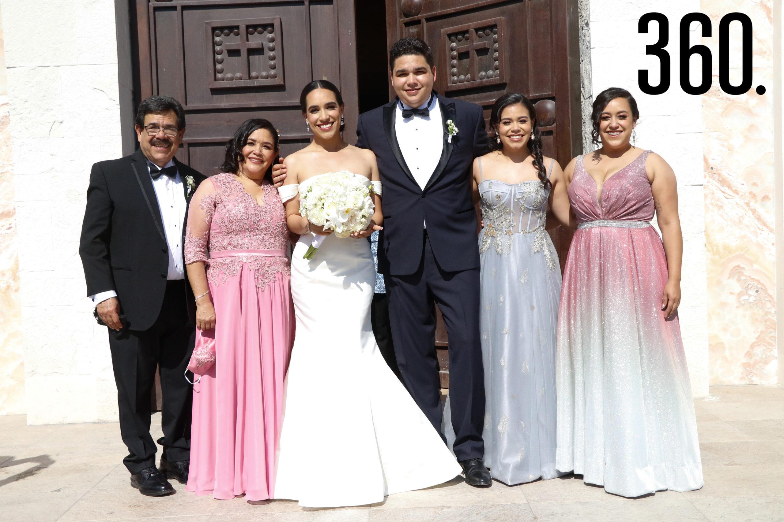 Los novios con Alfonso de León, Queta Ortega, Arely de León y Melissa de León, familia de la novia.