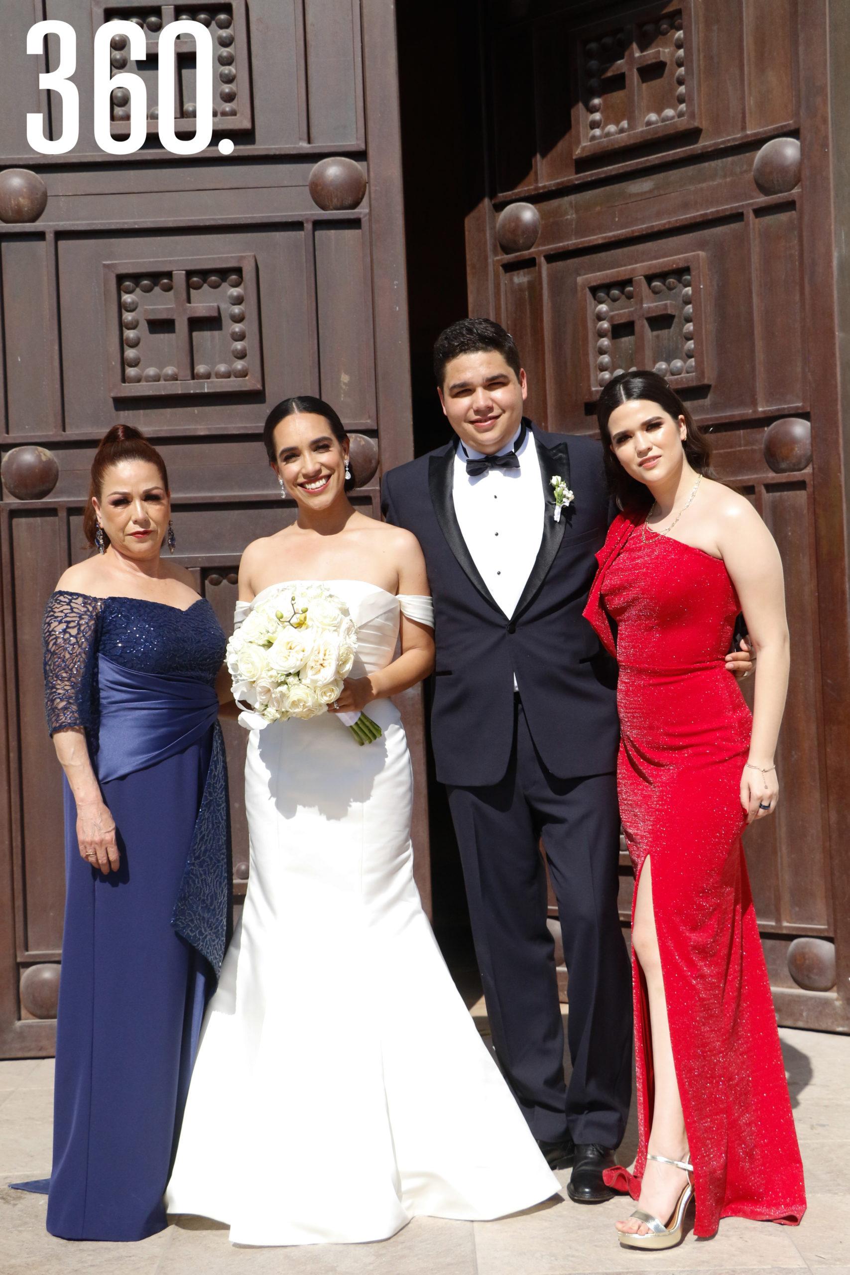 Los novios con Beatriz Valdez y Andrea Sánchez, mamá y hermana del novio.