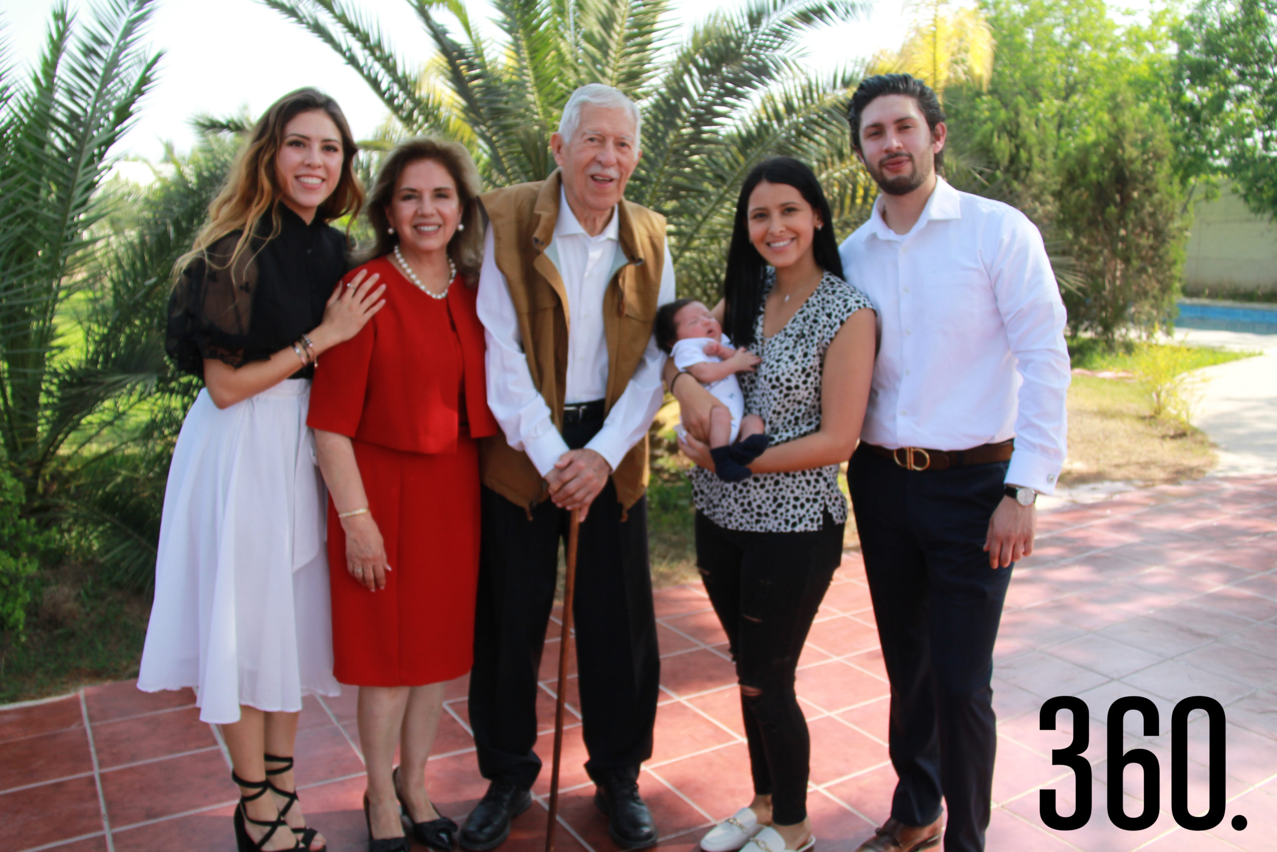 El festejado acompañado por su esposa Lucila Ruiz Muzquiz, sus hijos Luly y Fedérico; su nieto Leonardo y su nuera Alexia Carter.