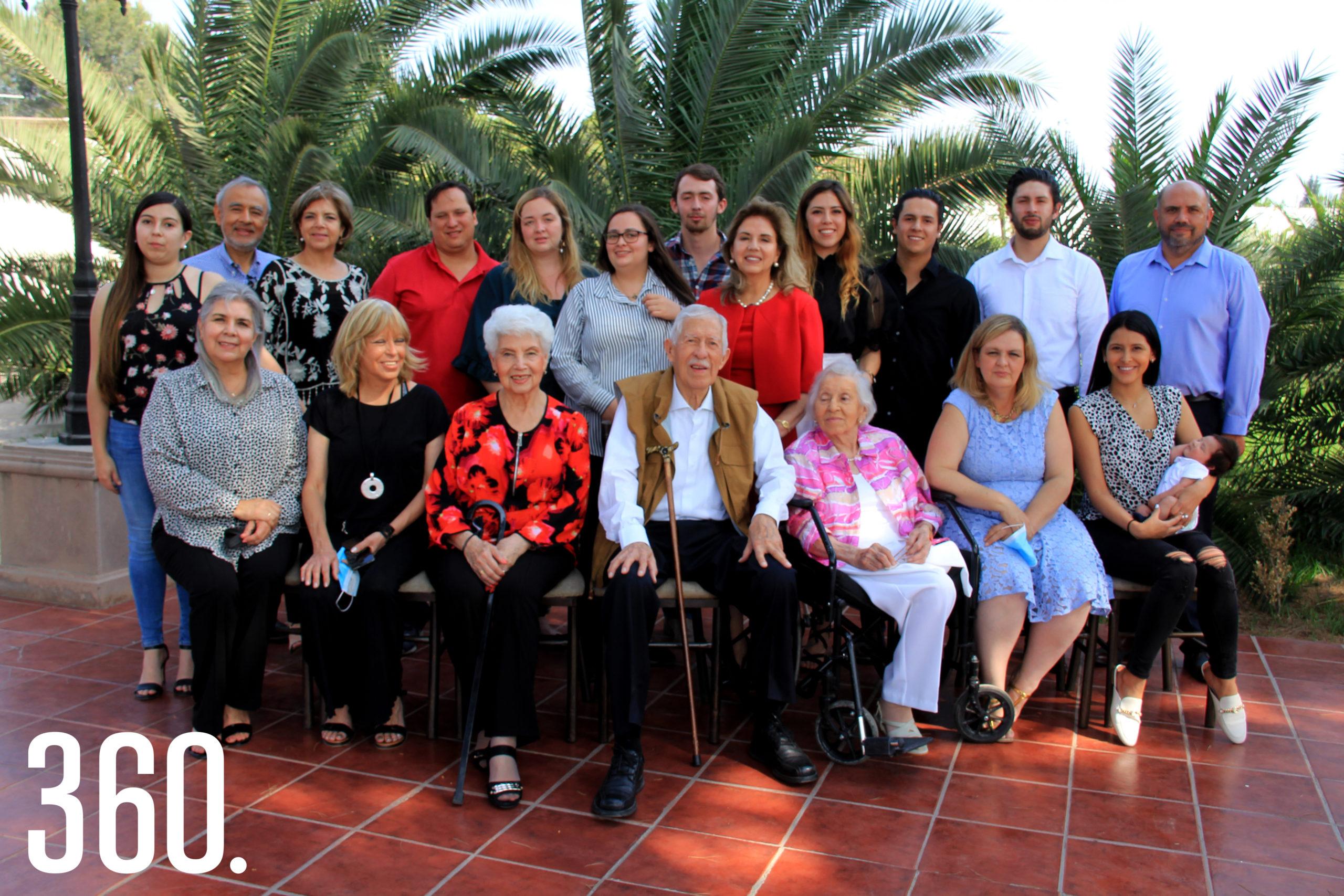 Terminado el homenaje en Palacio de Gobierno Eliseo Mendoza continuó celebrando con sus familiares con una comida en su residencia.