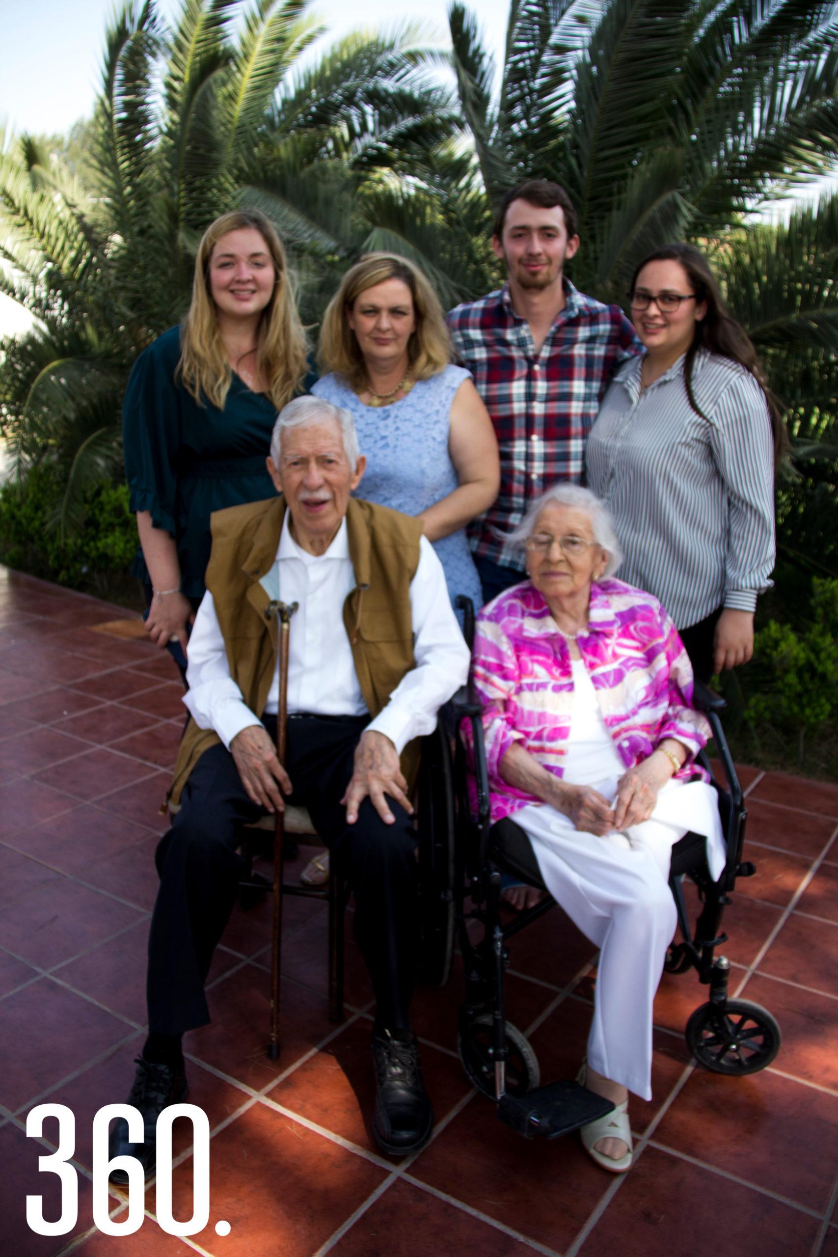 El festejado acompañado por su hermana Lilia Mendoza, su hija Carla Berrueto; y sus nietos Carla, Mariana y Poncho Verduzco Mendoza.