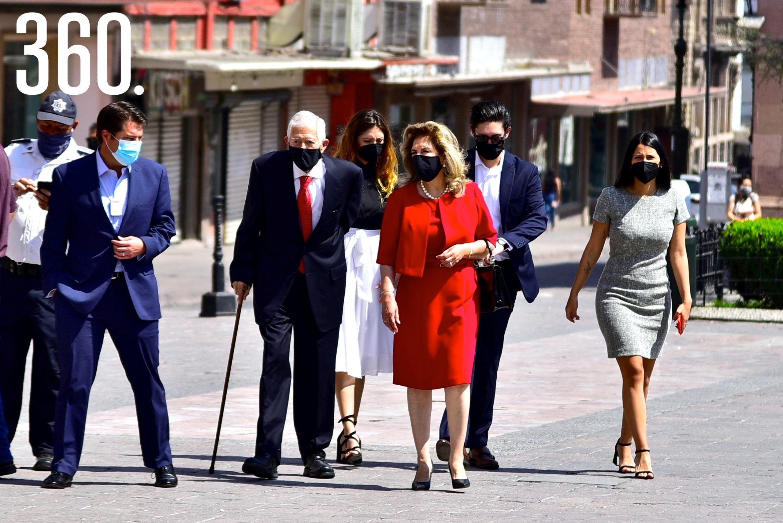 Eliseo Mendoza llegó al Palacio de Gobierno acompañado por Enrique Martínez y Morales, su esposa Lucila Ruiz Muzquiz y sus hijos Lucy y Federico Mendoza.