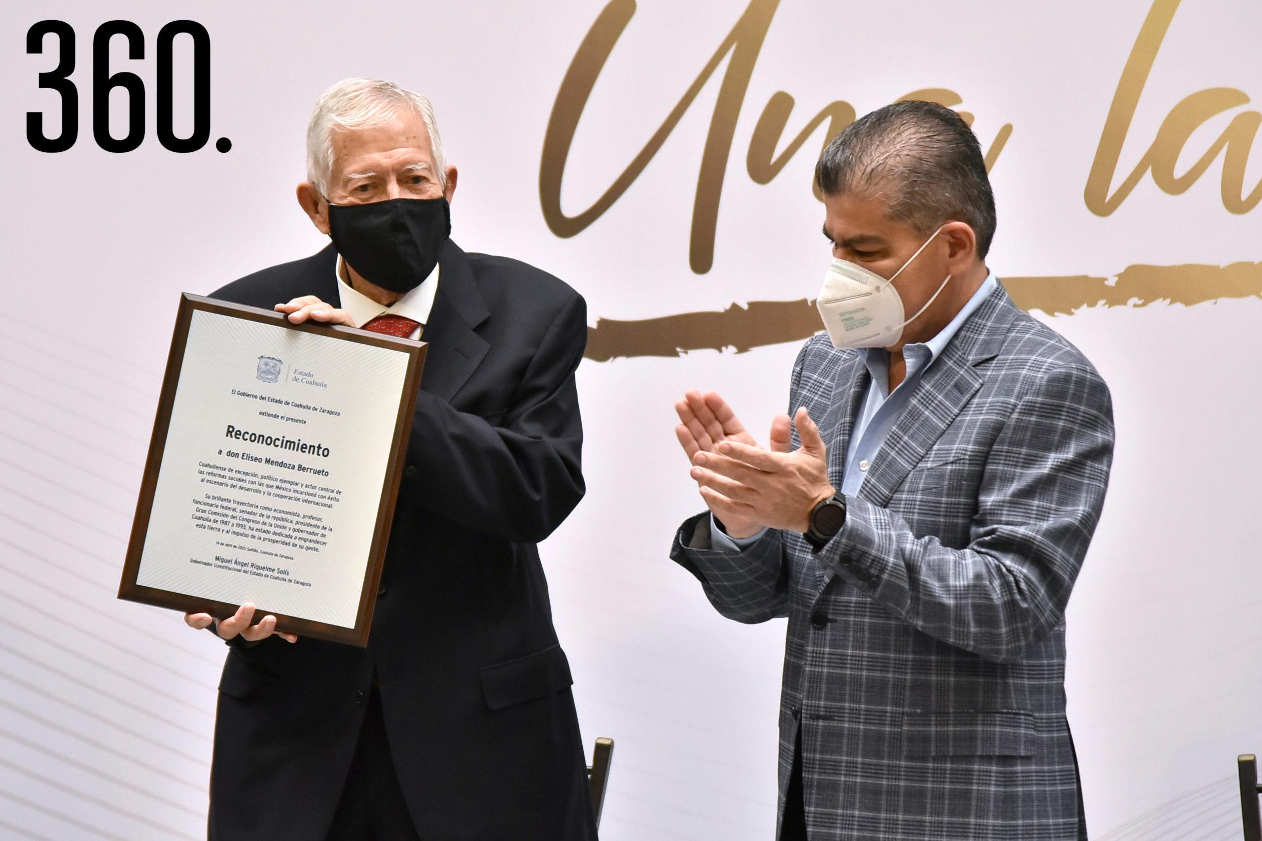 El gobernador Miguel Riquelme entregó el reconocimiento a Eliseo Mendoza Berrueto por su trayectoria académica. social y política..