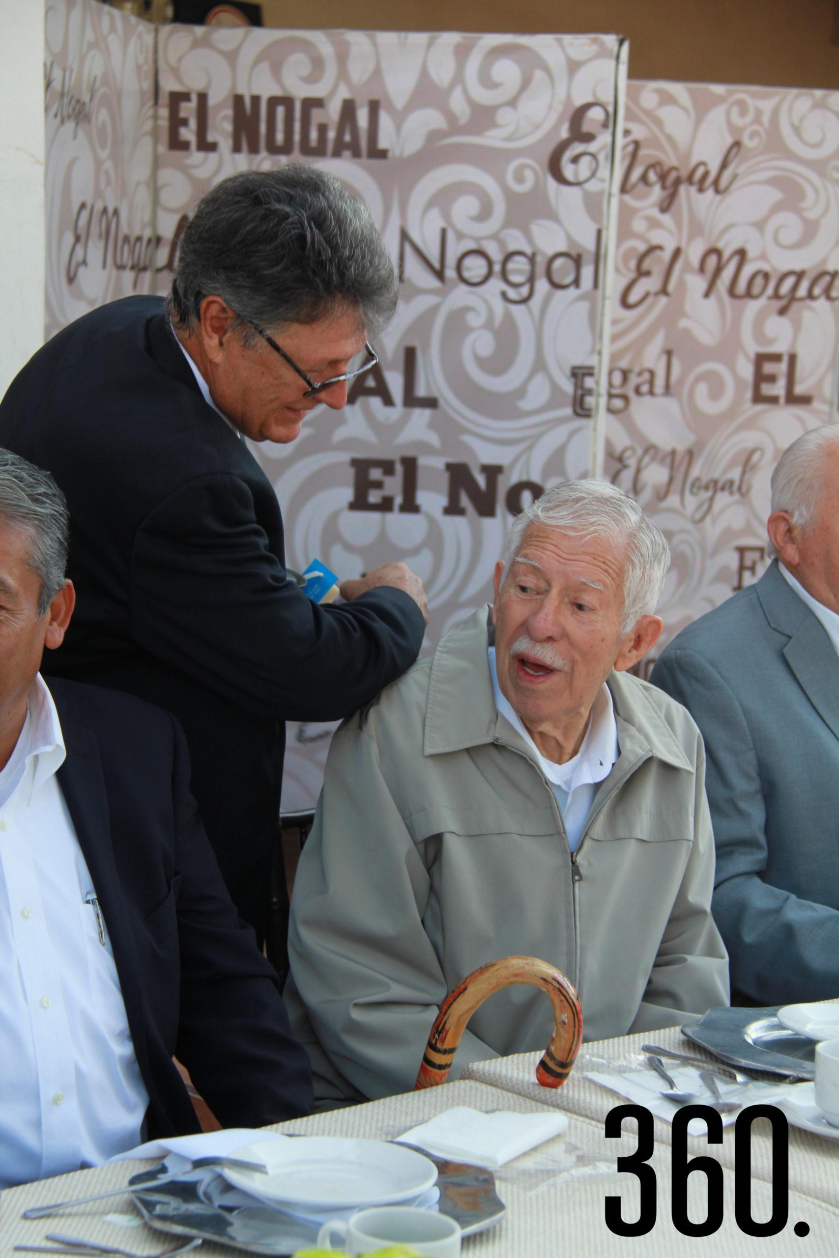 Raúl Garza Serna felicita a Eliseo Mendoza.