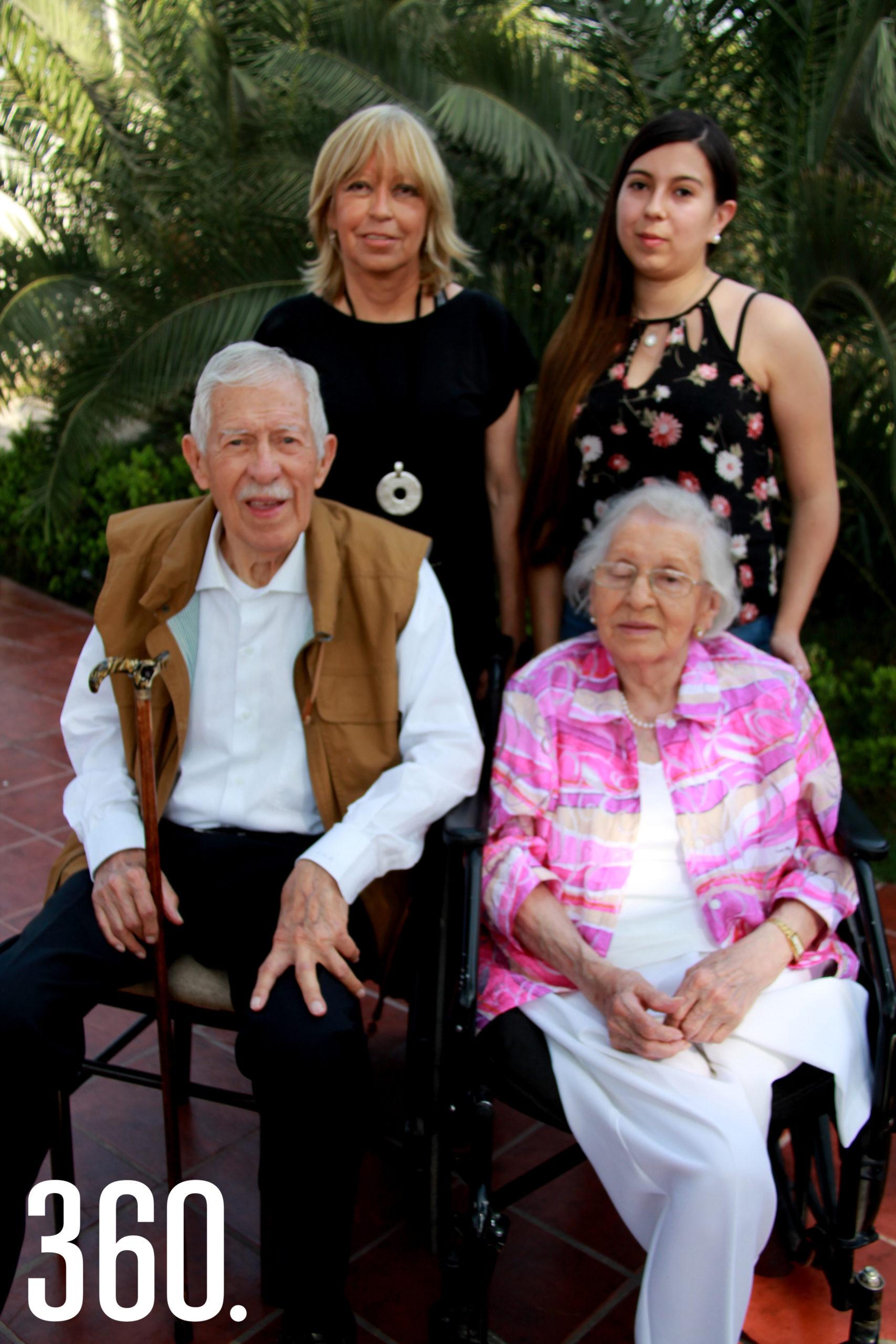 Don Eliseo acompañado por hermana Lilia Mendoza y su familia.