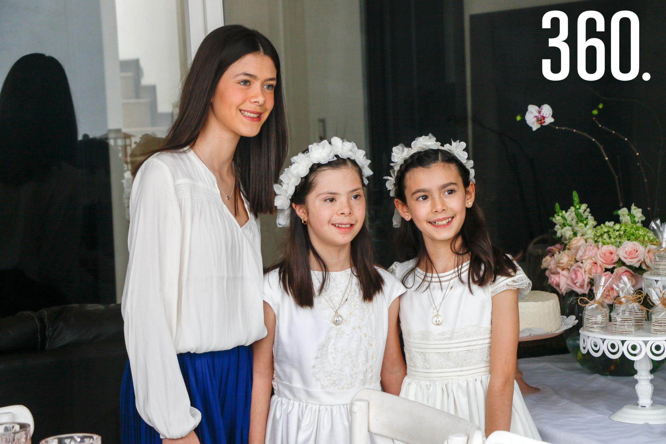 Natalia y Bárbara con su hermana, Jimena Basáñez.