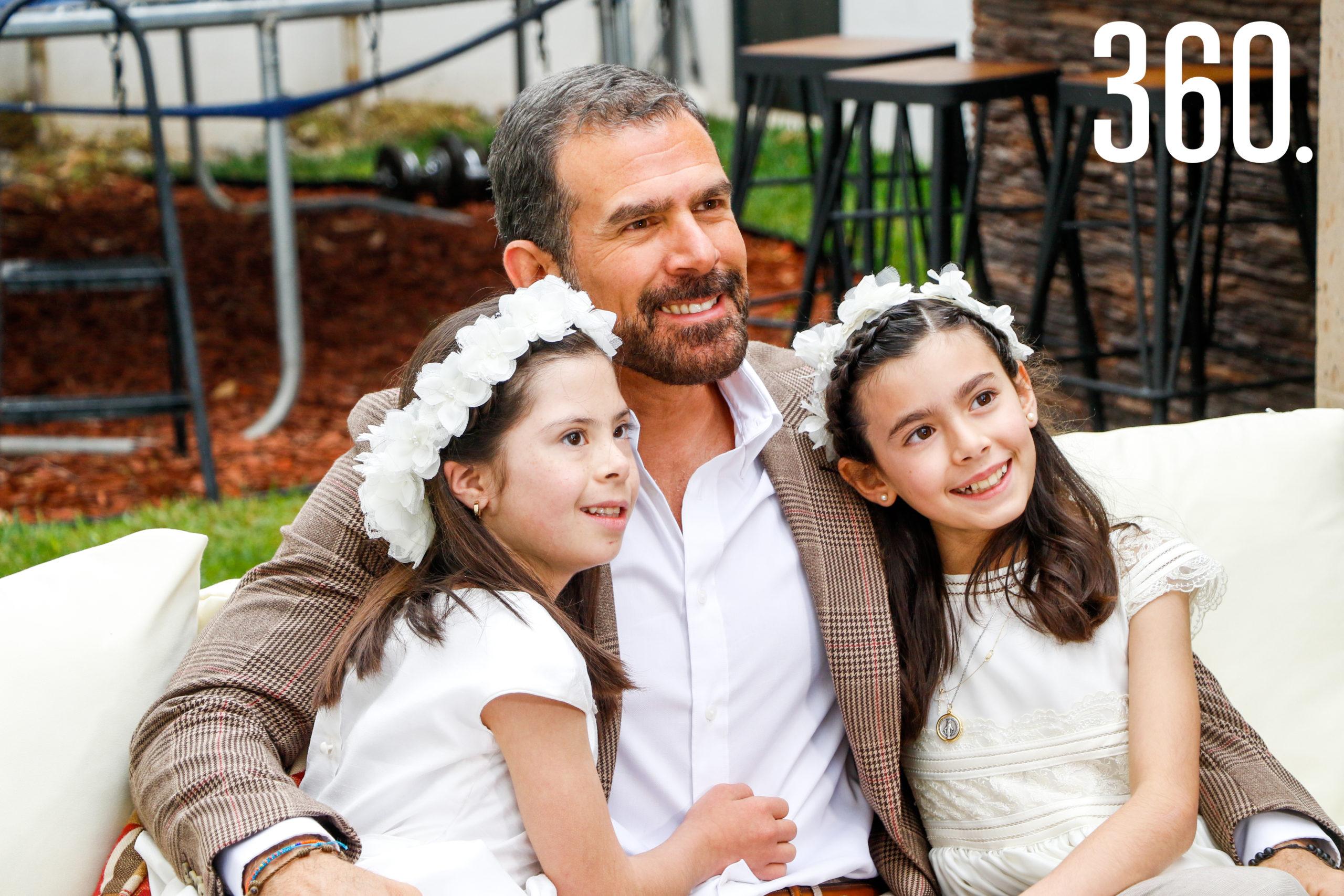 Natalia y Bárbara con su papá, Rodrigo Basáñez.