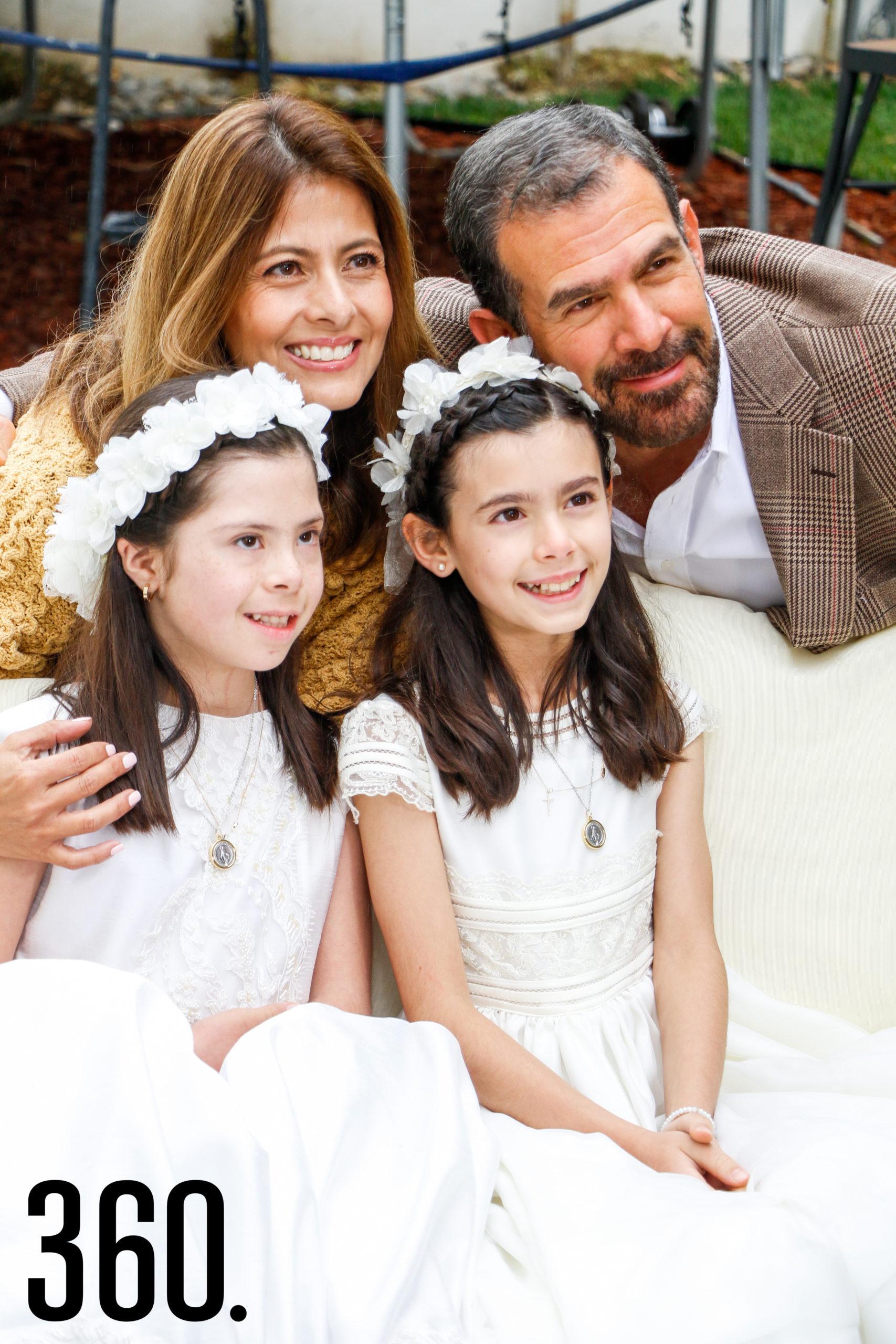 Natalia y Bárbara con sus padres, Arline Martínez y Rodrigo Basáñez.