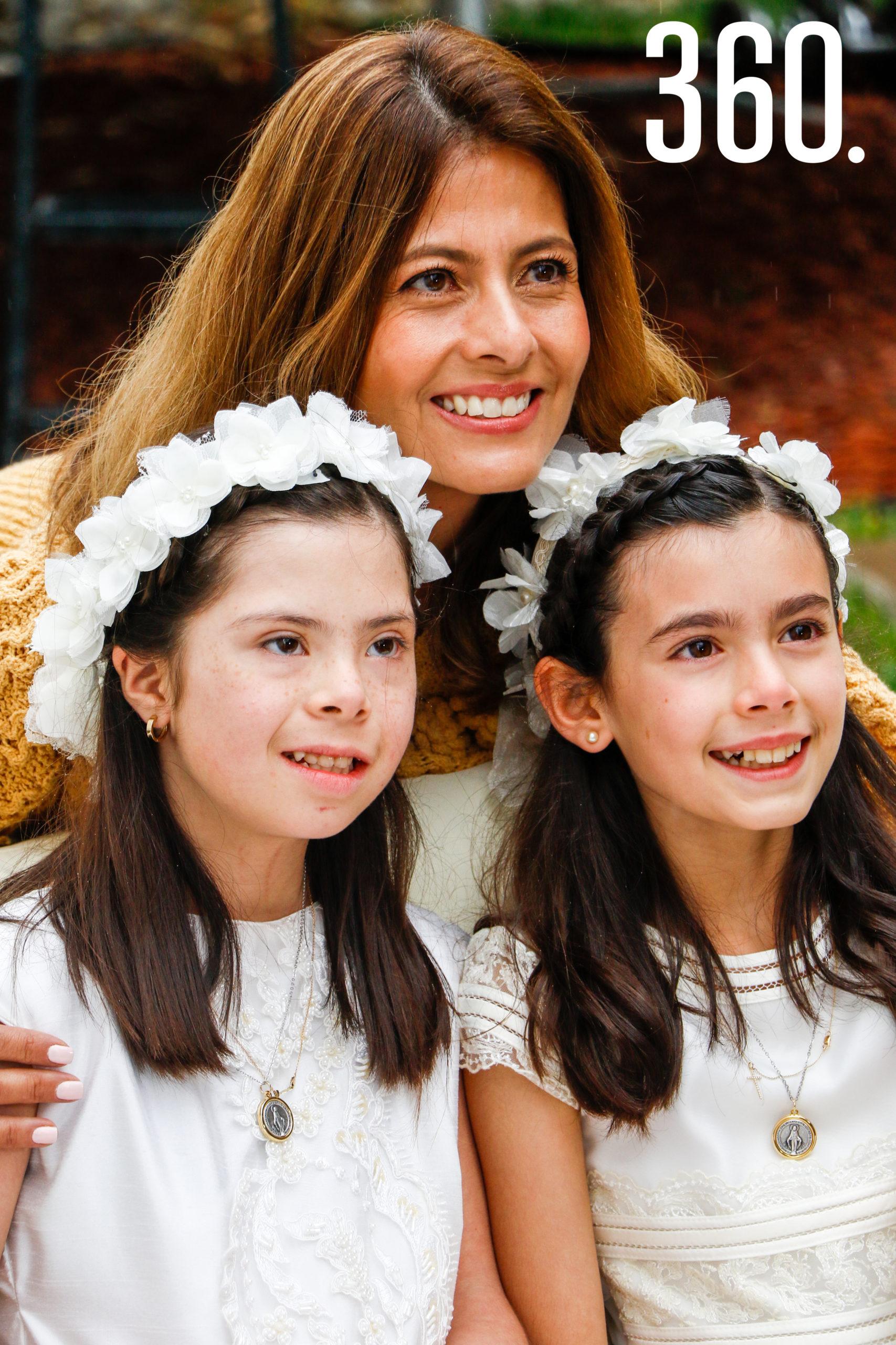 Natalia y Bárbara con su madre, Arline Martínez.