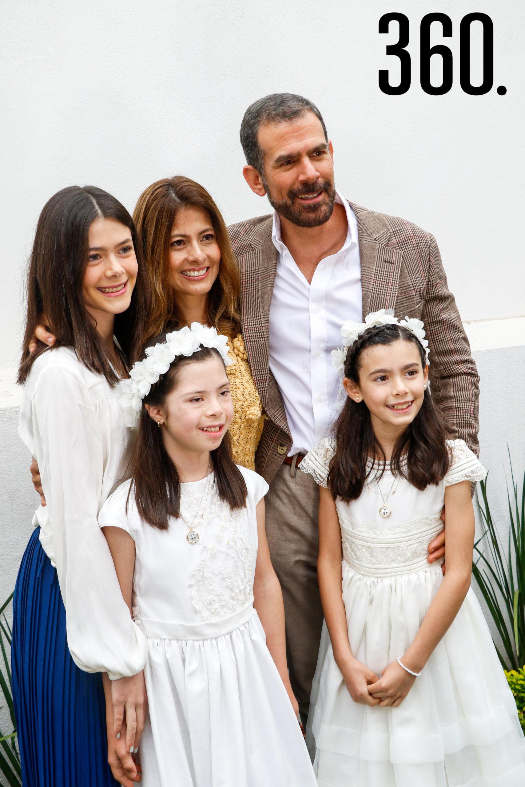 Natalia y Bárbara con su hermana y padres, Jimena Basáñez, Arline Martínez y Rodrigo Basáñez.