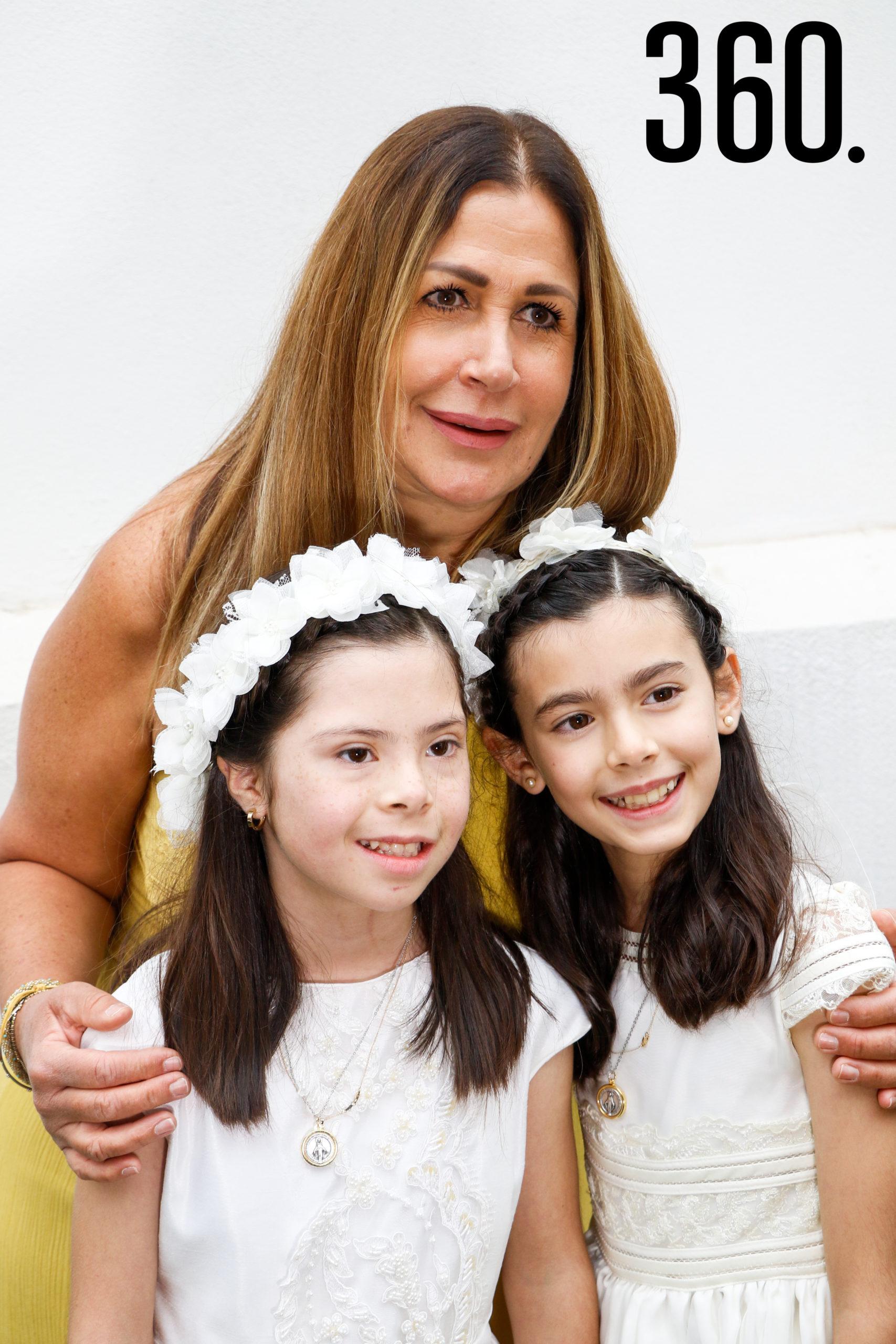 Natalia y Bárbara con su tía, Paty Martínez.