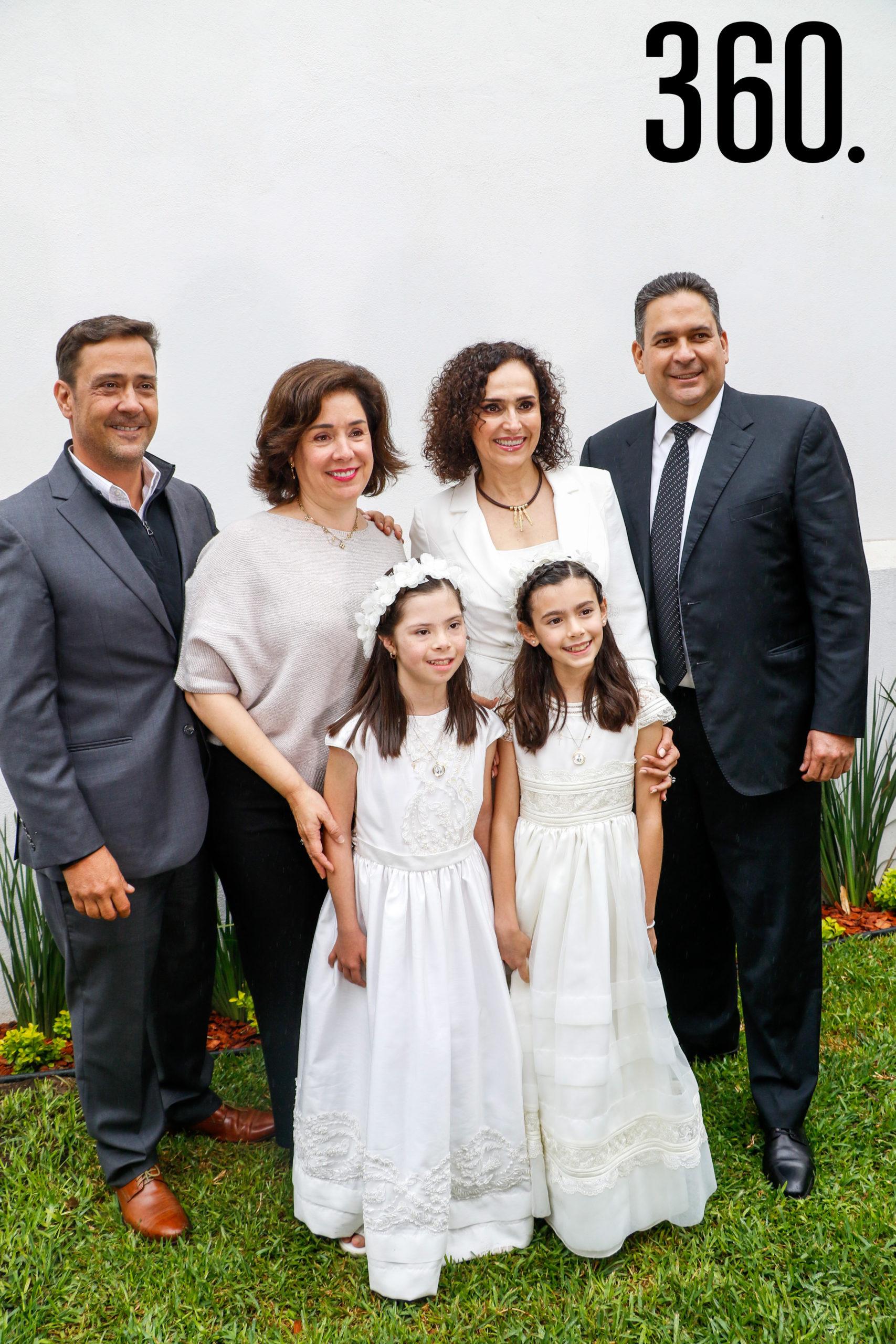 Natalia y Bárbara con sus padrinos, Juan Carlos Guerra, Luisa Castilla, Rocío Palacios y Jorge Dávila.