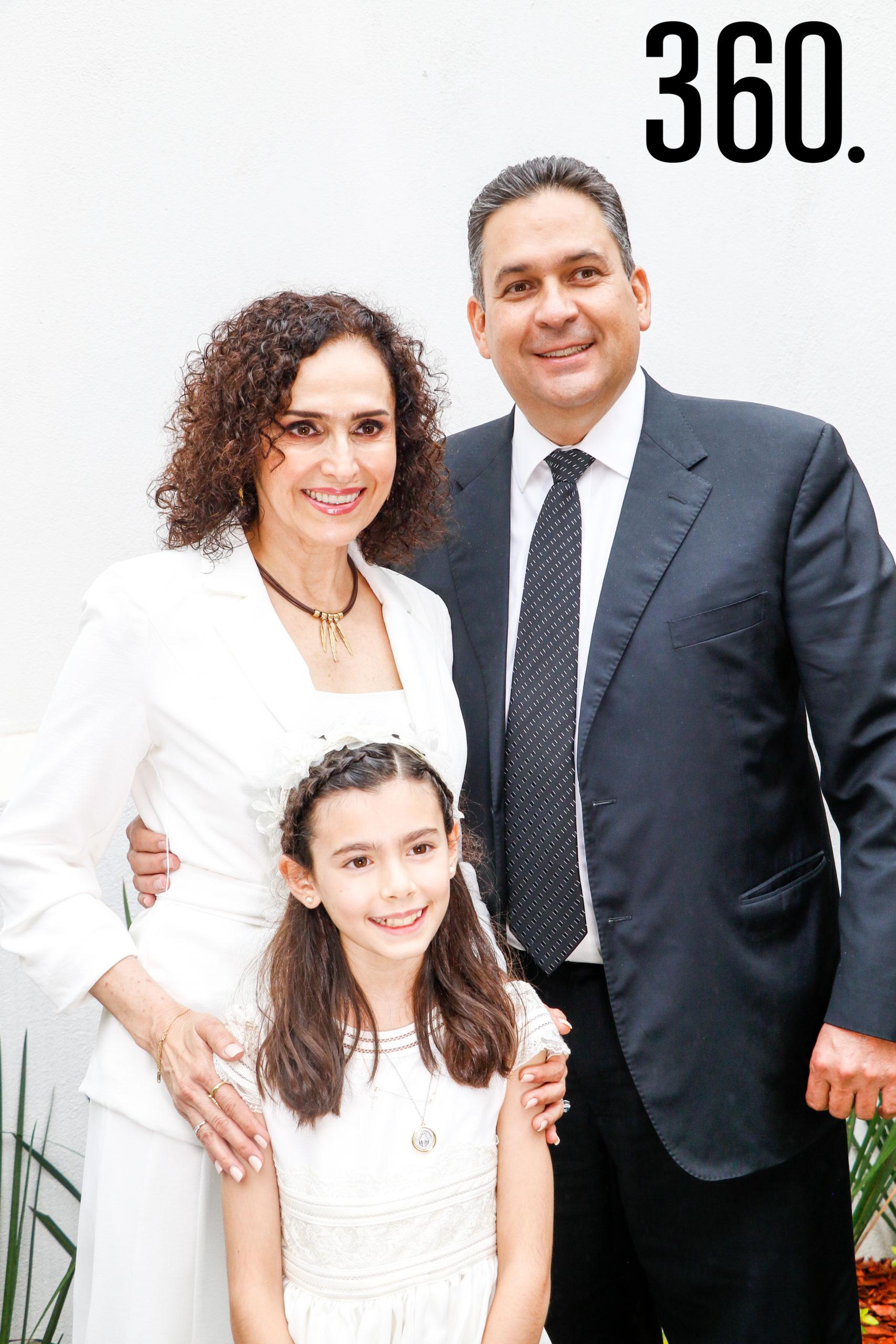 Bárbara con sus padrinos, Rocío Palacios y Jorge Dávila.