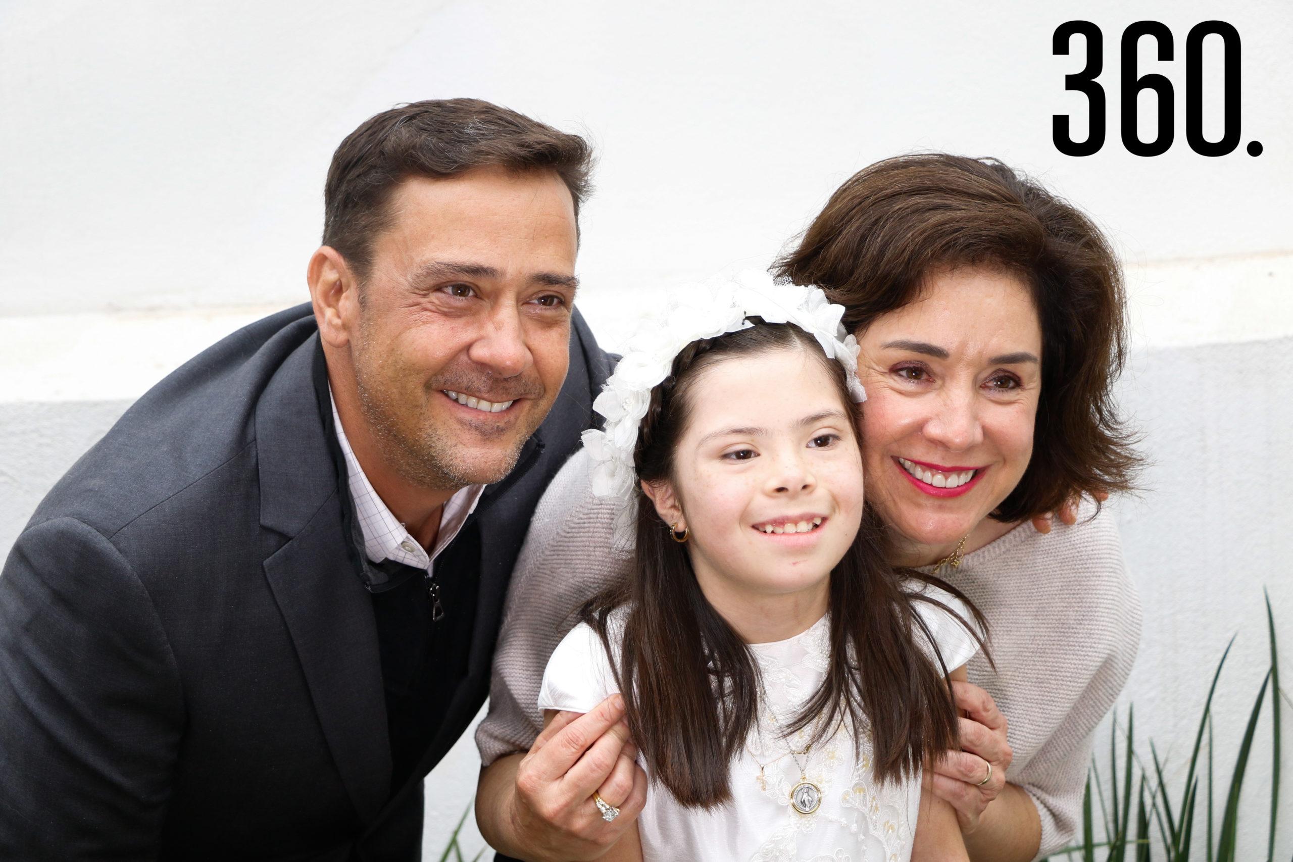 Natalia con sus padrinos, Juan Carlos Guerra y Luisa Castilla.
