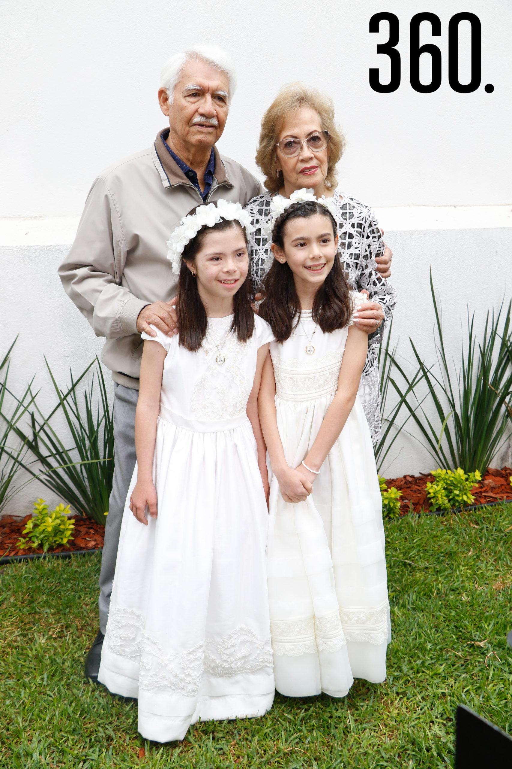Natalia y Bárbara con sus abuelos, Nacu Martínez y María Aurora García.