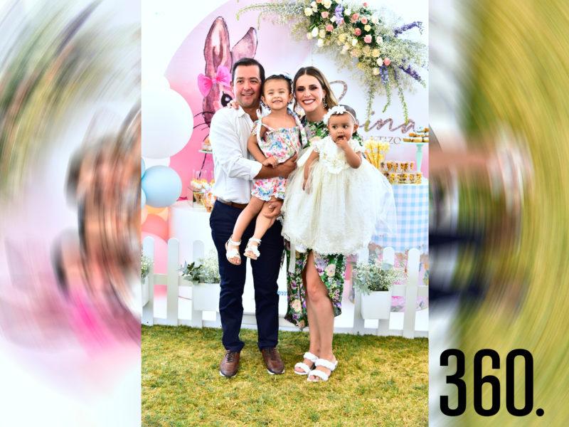 Romina Pérez Dávila con sus papás José Luis Pérez y Cristina Dávila además de su hermana Cristy Pérez Dávila.