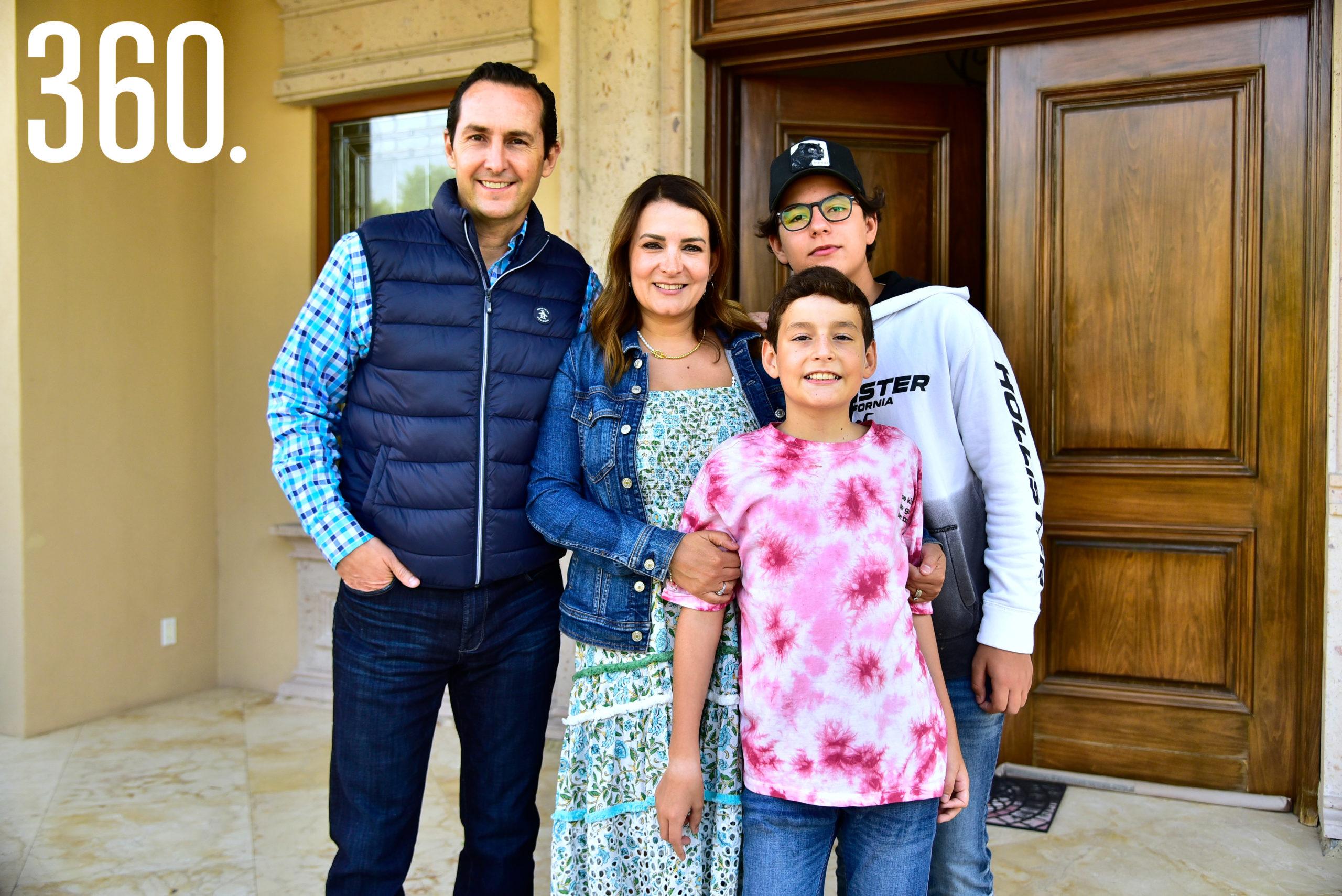 Amadelia de los Santos acompañada de su familia.