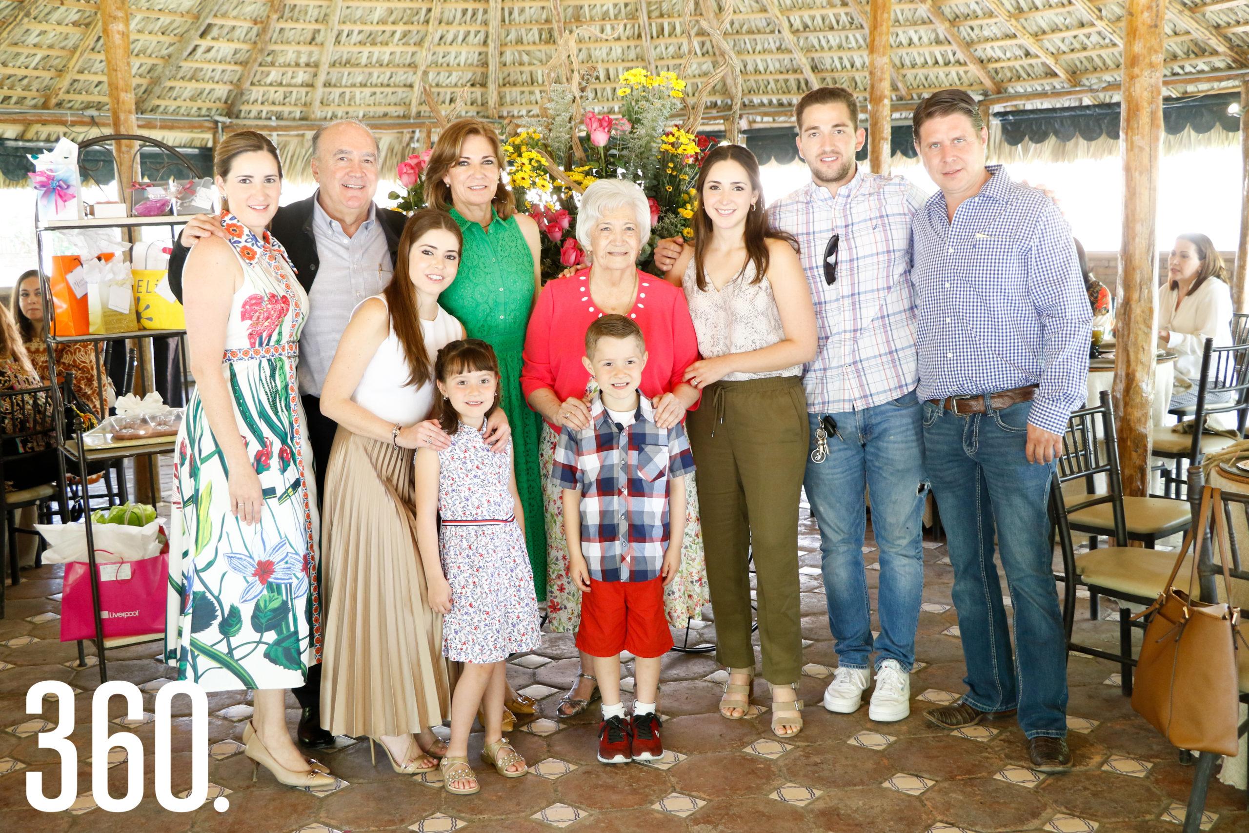 Gloria con su familia, Gloria Dávila, Jorge Dávila, María Inés Dávila, Jimena Morelos, Rodrigo Morelos, Toñeta Flores, Valeria Dávila, Jorge Dávila y Rodrigo Morelos.
