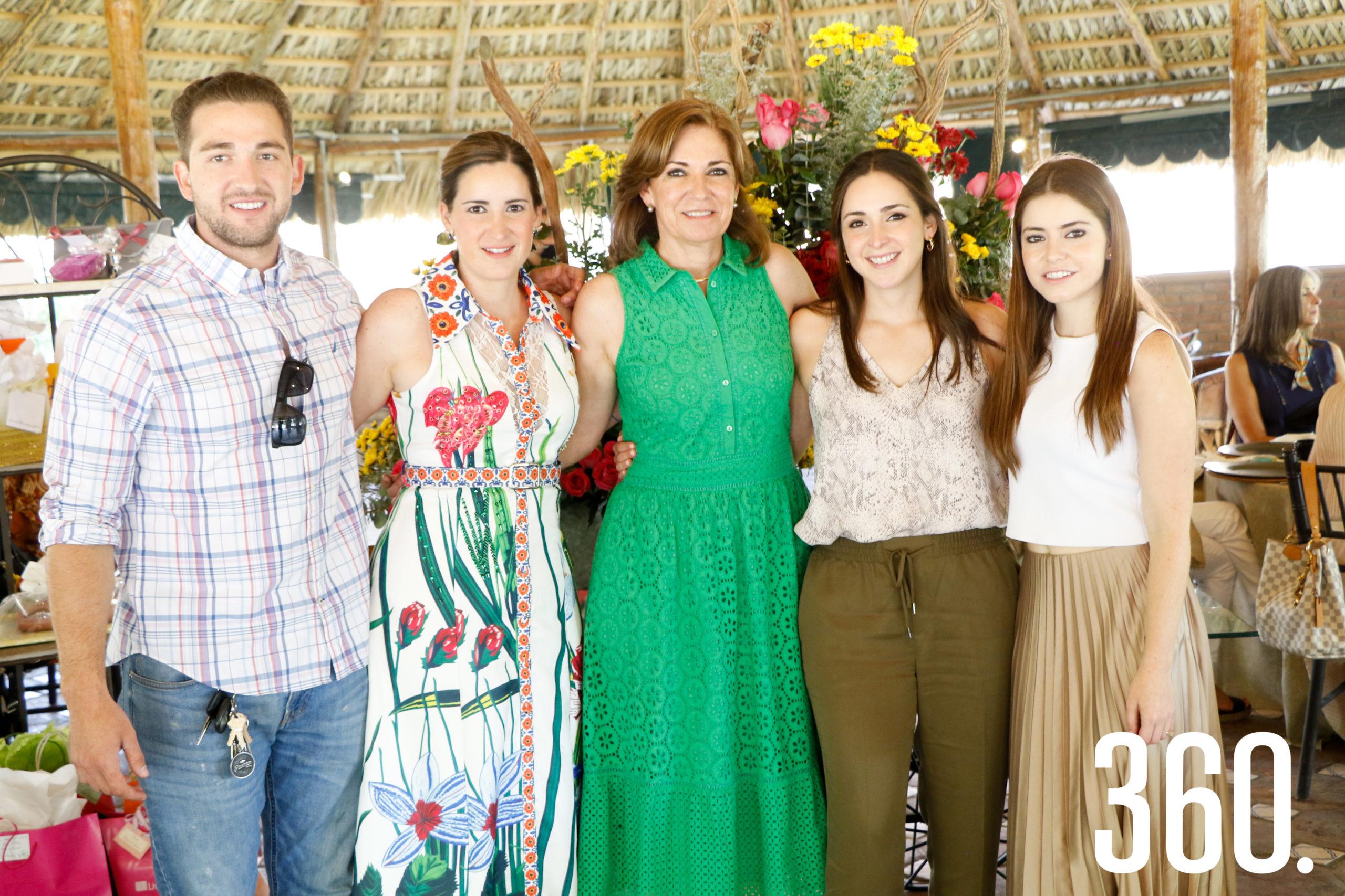 Gloria con sus hijos, Jorge Dávila, Gloria Dávila, Valeria Dávila y María Inés Dávila.