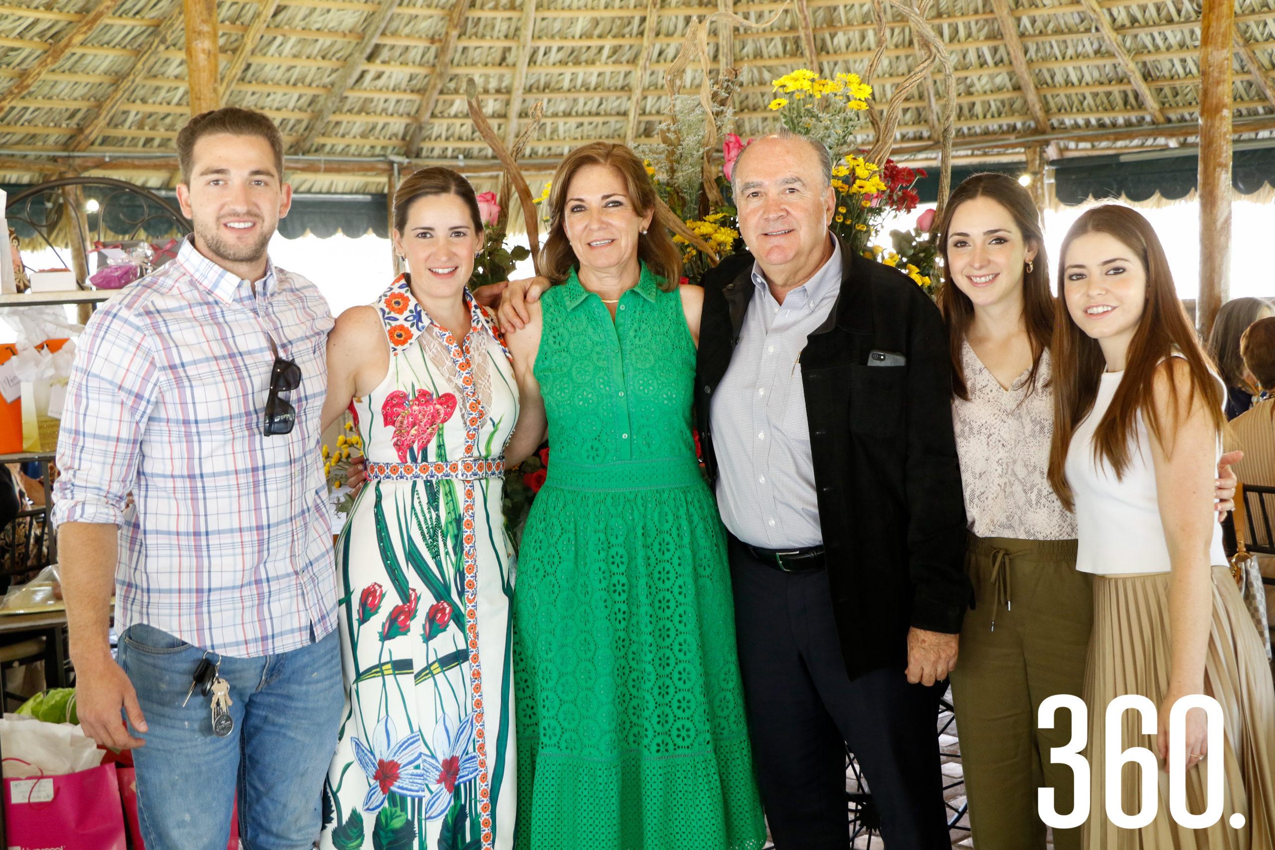 Gloria con sus hijos y su esposo, Jorge Dávila, Gloria Dávila, Jorge Dávila, Valeria Dávila y María Inés Dávila.