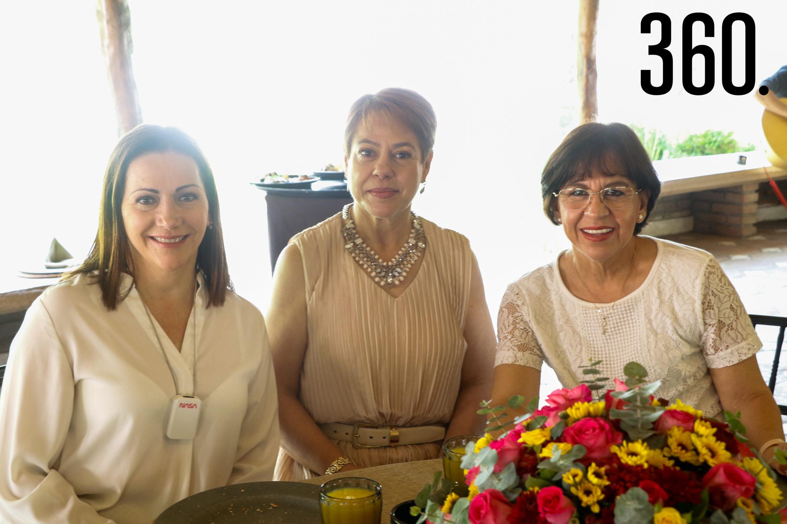 Lucía Dávila, Cristina Yates y Marcela de González.
