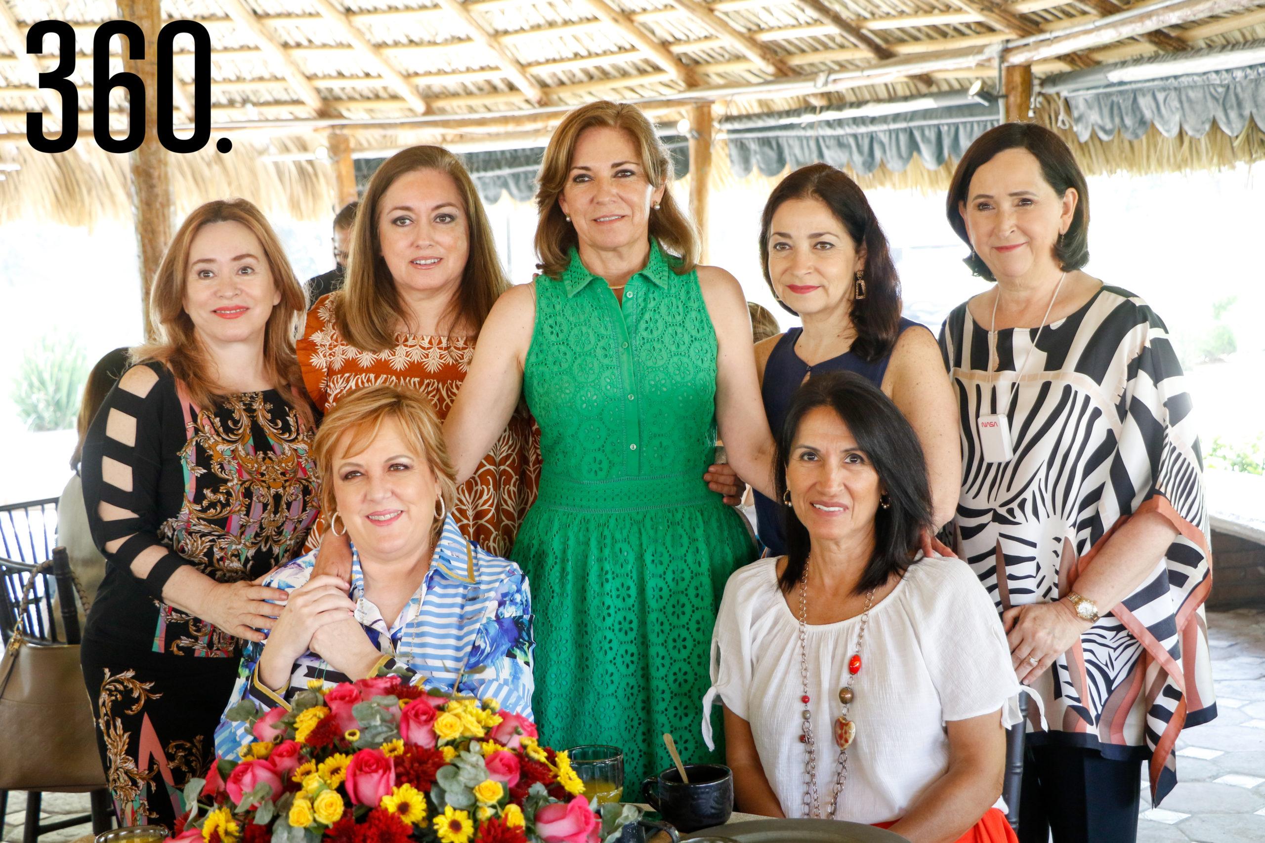 Mónica con Adriana Parra, Toñeta Cabello, Lorena Flores, María Alicia López, Paty Martínez y Nany Wah.
