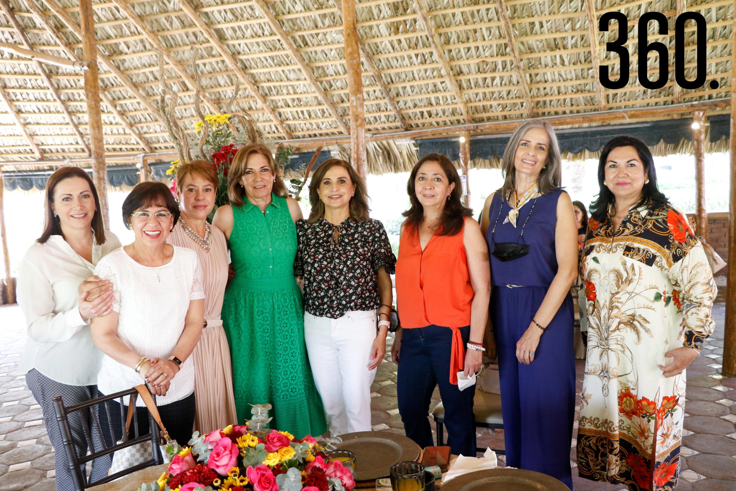 Mónica con Lucía Dávila, Marcela de González, Cristina Yates, Rosa Elena Hernández, Esperanza García, Cilia Concha y Carmen de Marines.