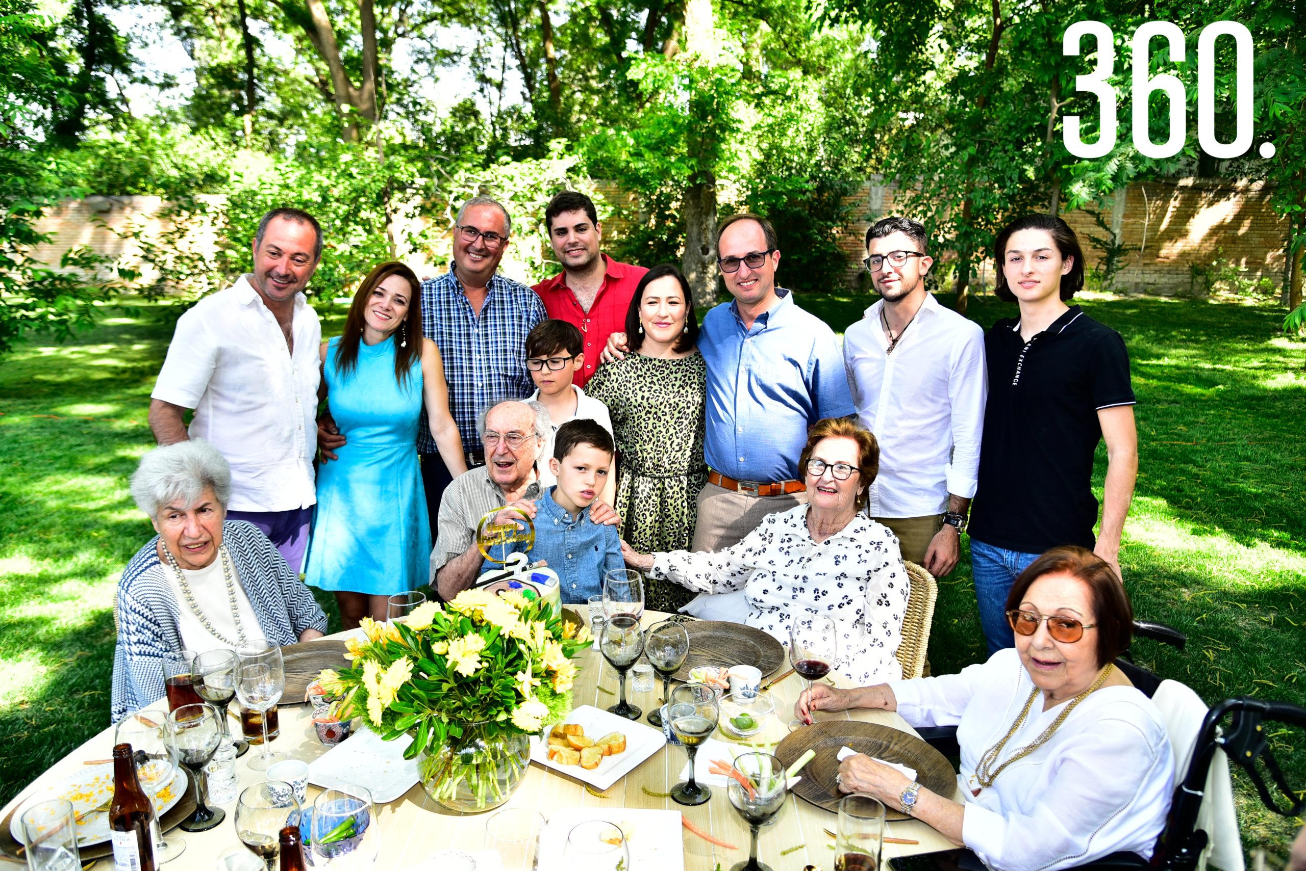 Enrique Torres Caso acompañado por su familia.