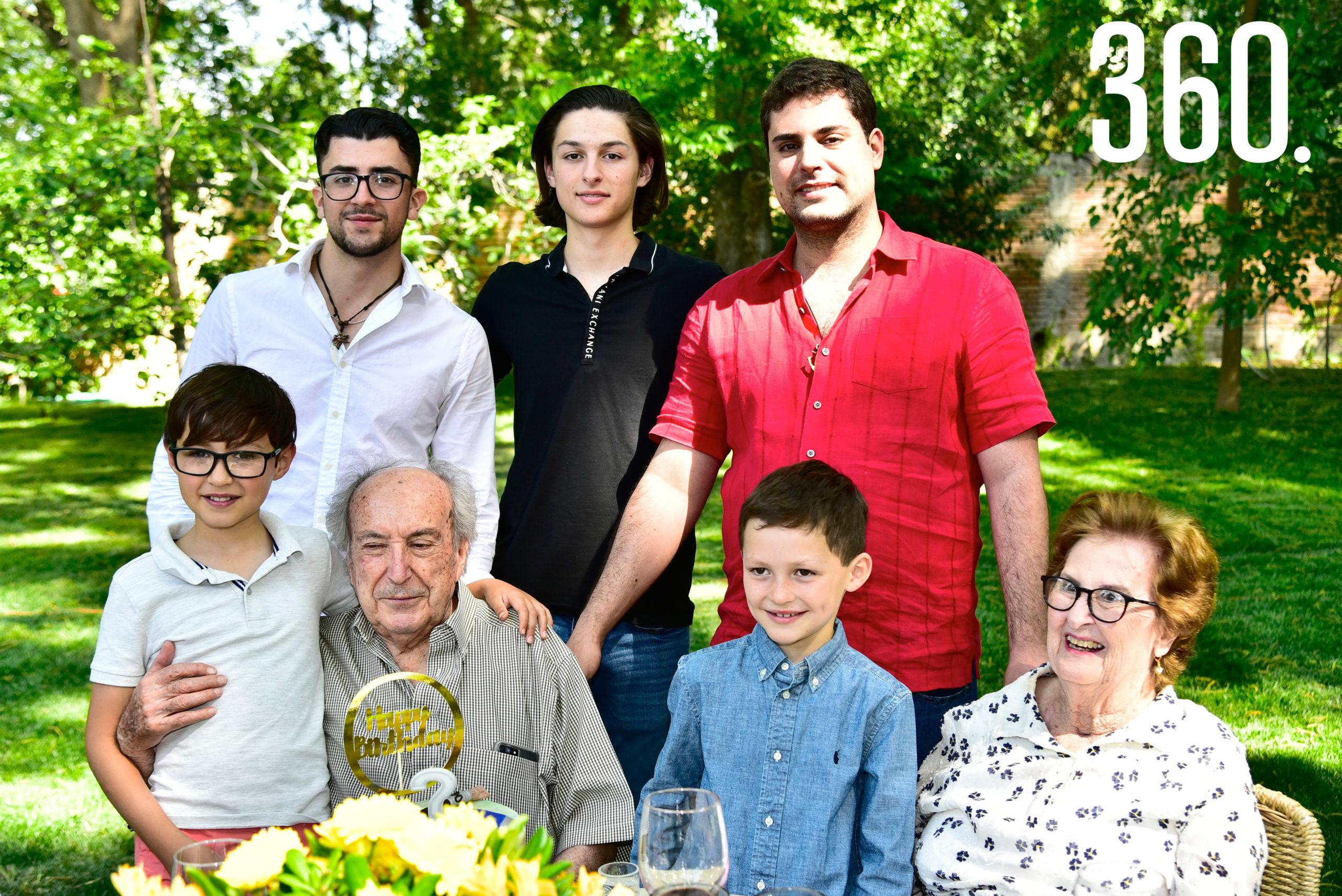 Enrique Torres Caso y Beatriz Arsuaga acompañados por sus nietos.