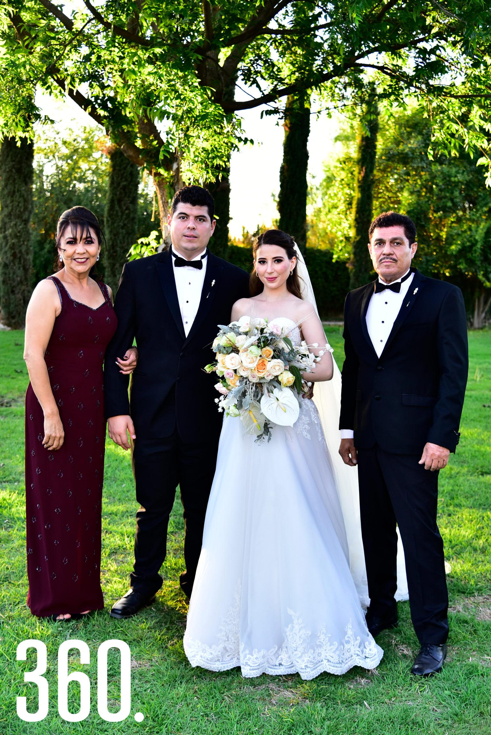 Marycarmen Rodríguez y Arturo Soto con los papás del novio, Adriana Espinoza y Arturo Soto.