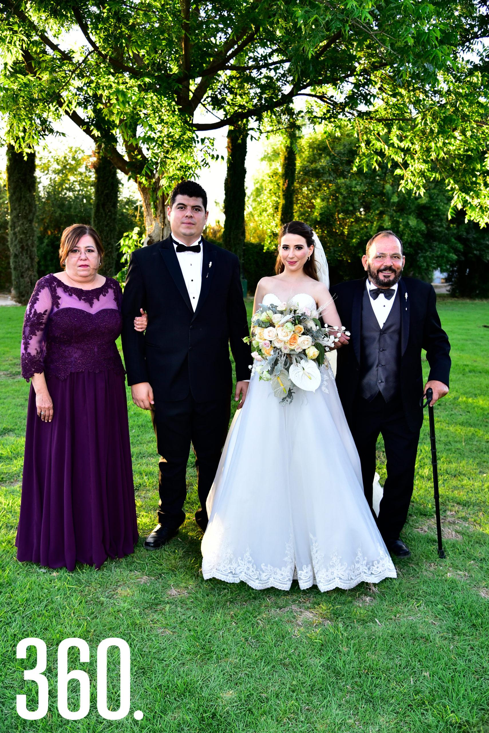 Arturo Soto y Marycarmen Rodríguez acompañados por los papás de la novia, María del Carmen Gutiérrez y Sergio Eduardo Rodríguez.