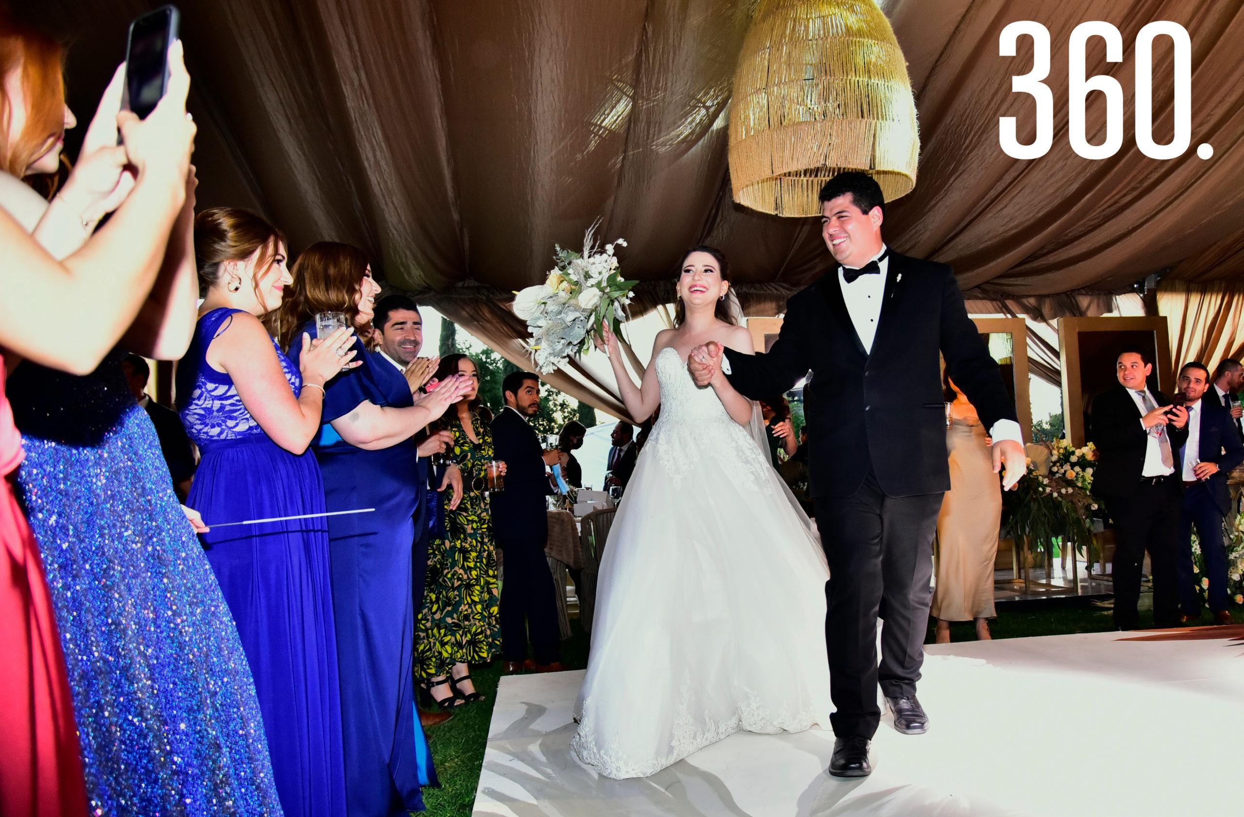 Entrada de los ahora esposos Marycarmen Rodríguez y Arturo Soto.