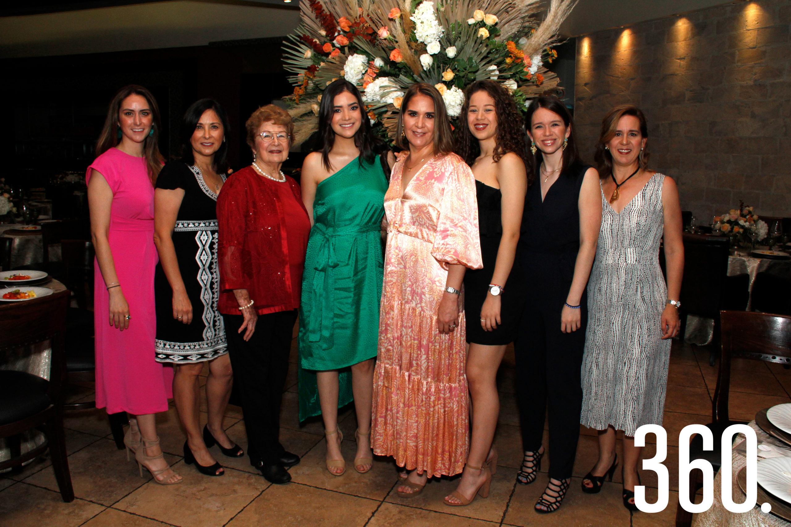 Beatriz Gómez, Beatriz Roldán, Yoyita López de Gómez, Sofía Chávez, Teté Gómez, Fernanda Vásquez, Cecilia Vásquez y Luly Gómez.