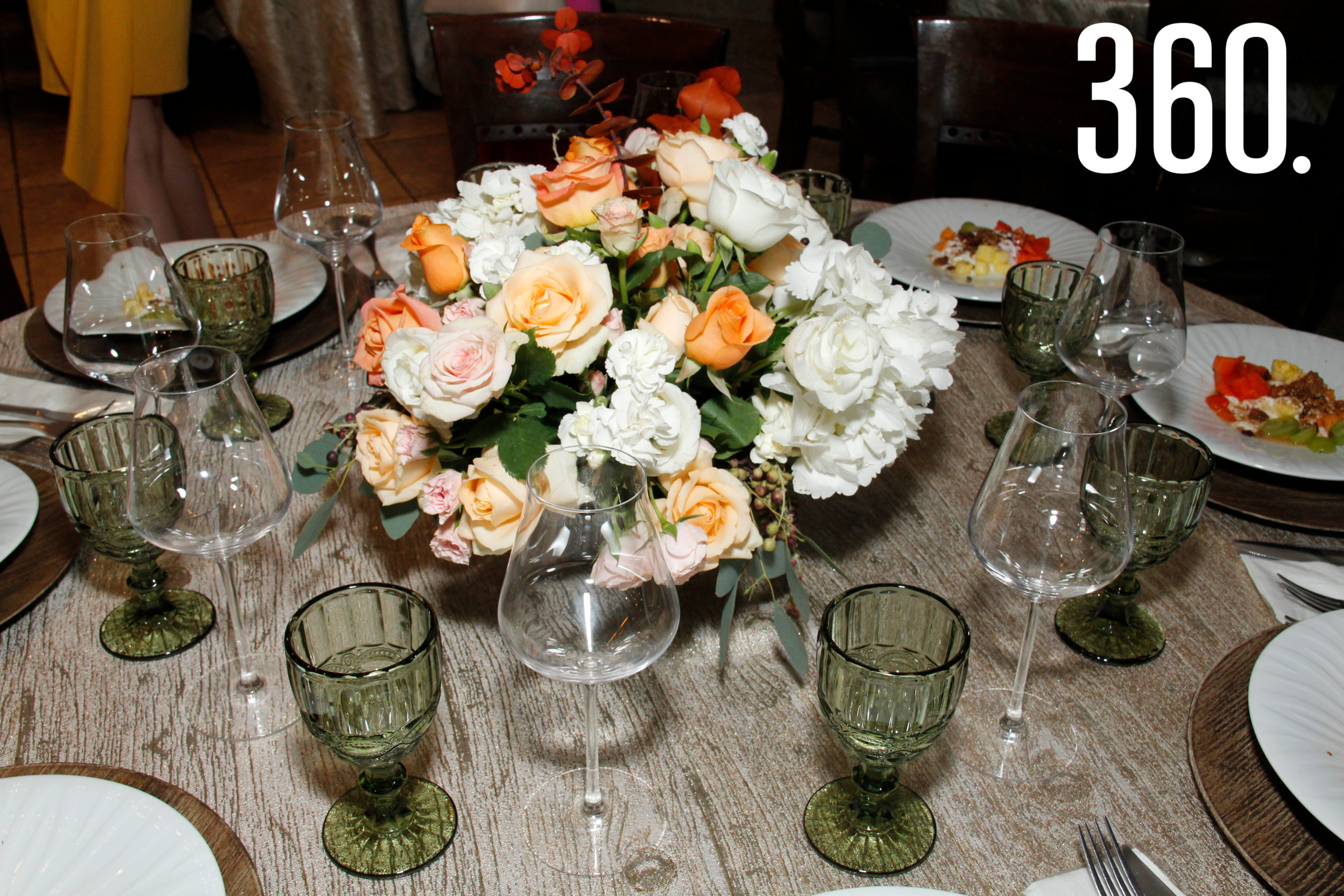 Arreglos florales en las mesas.