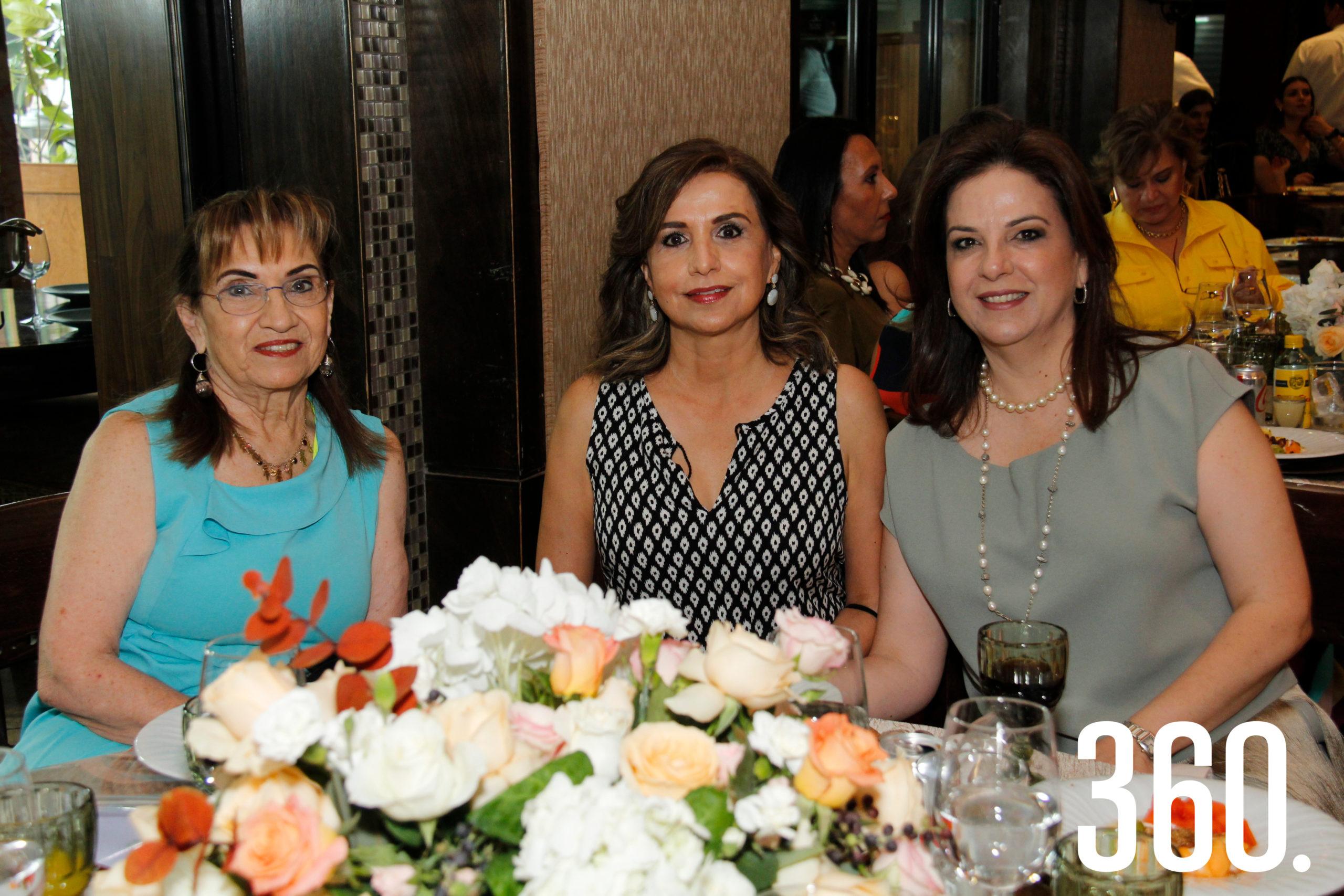 Magdalena Flores, Rosa Elena Alcántara y Tata Riddle.