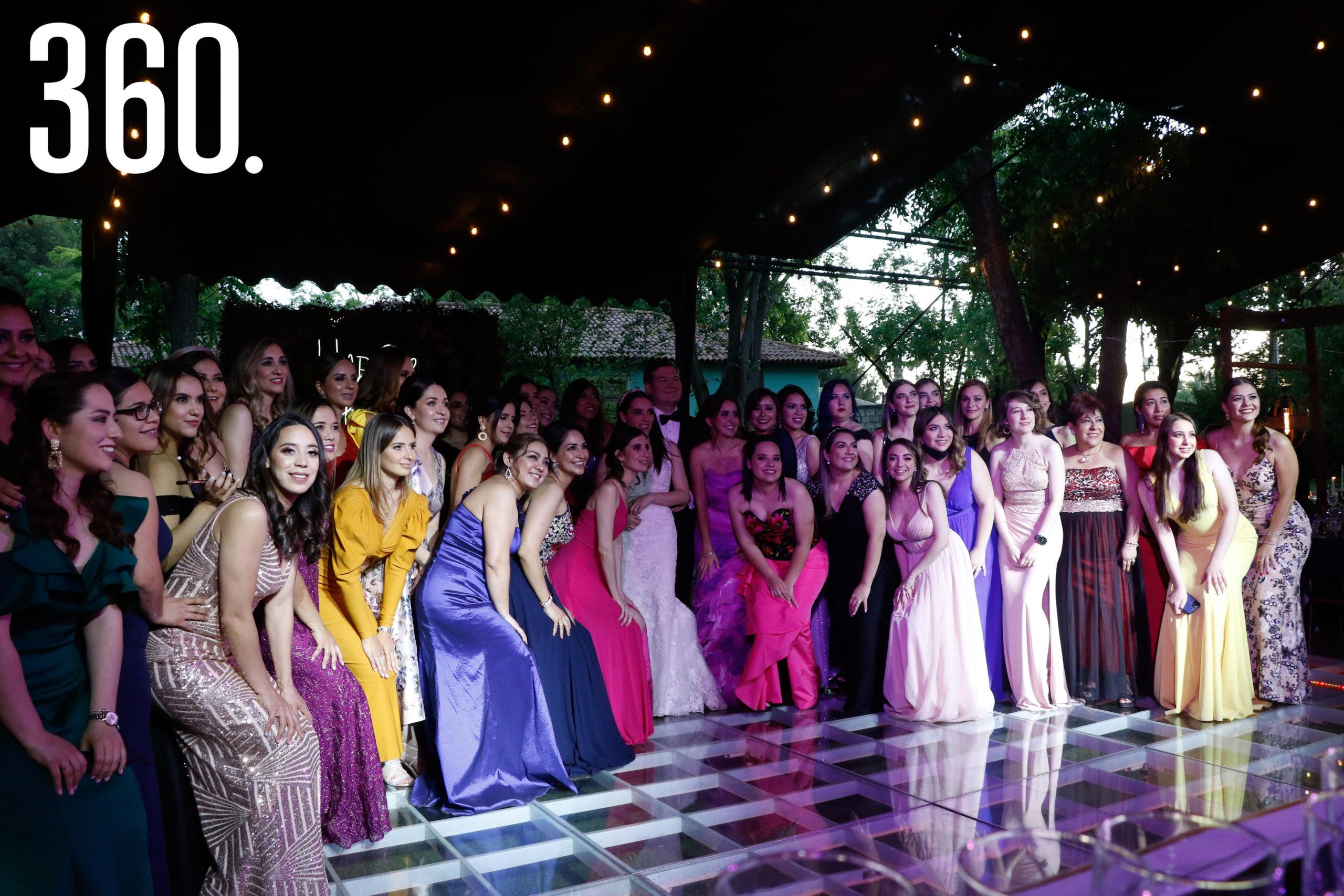Los novios con todas las amigas de Ana Pau.