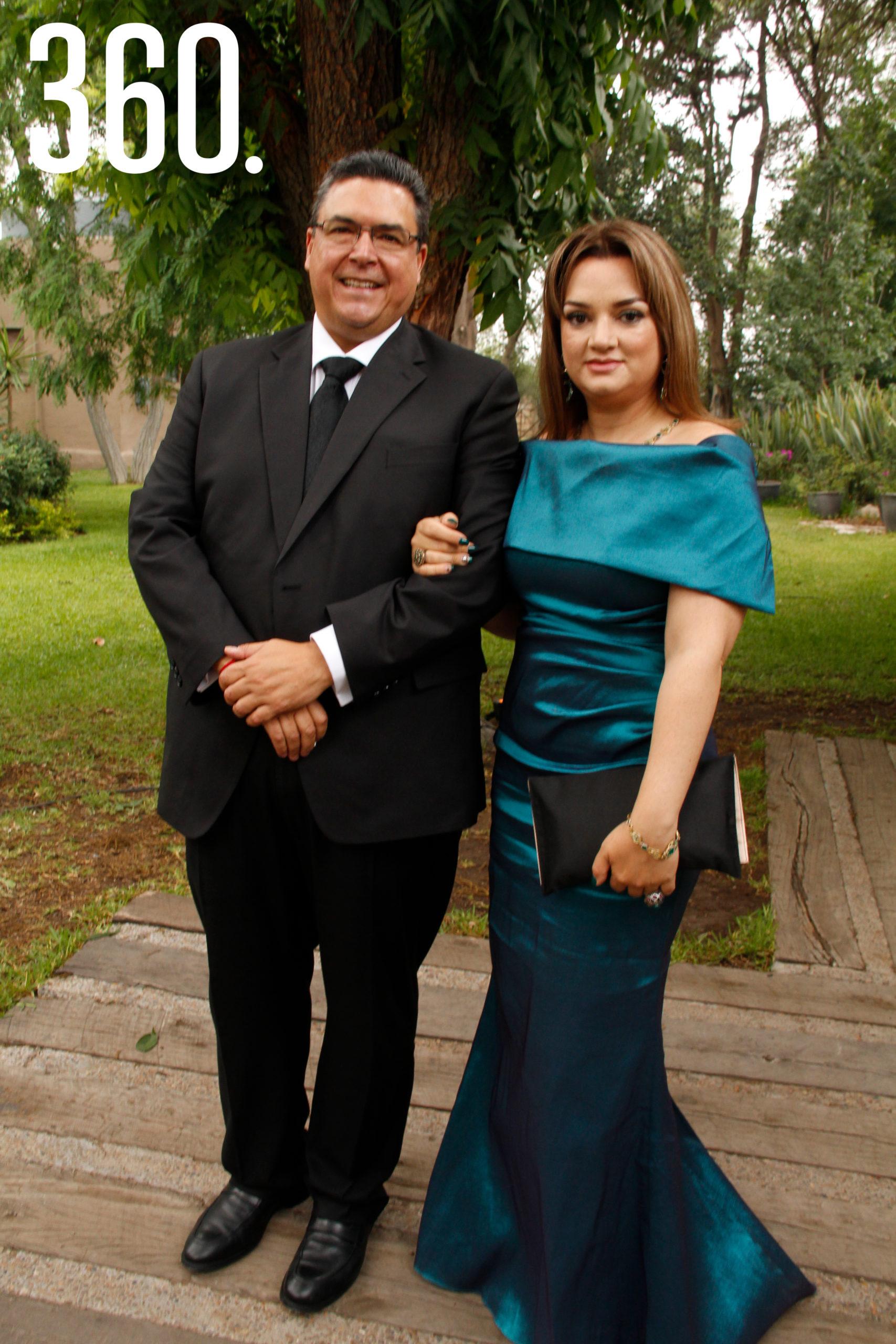 Felipe Torres López, padre de la novia, acompañado por Ariadna Aguilar.