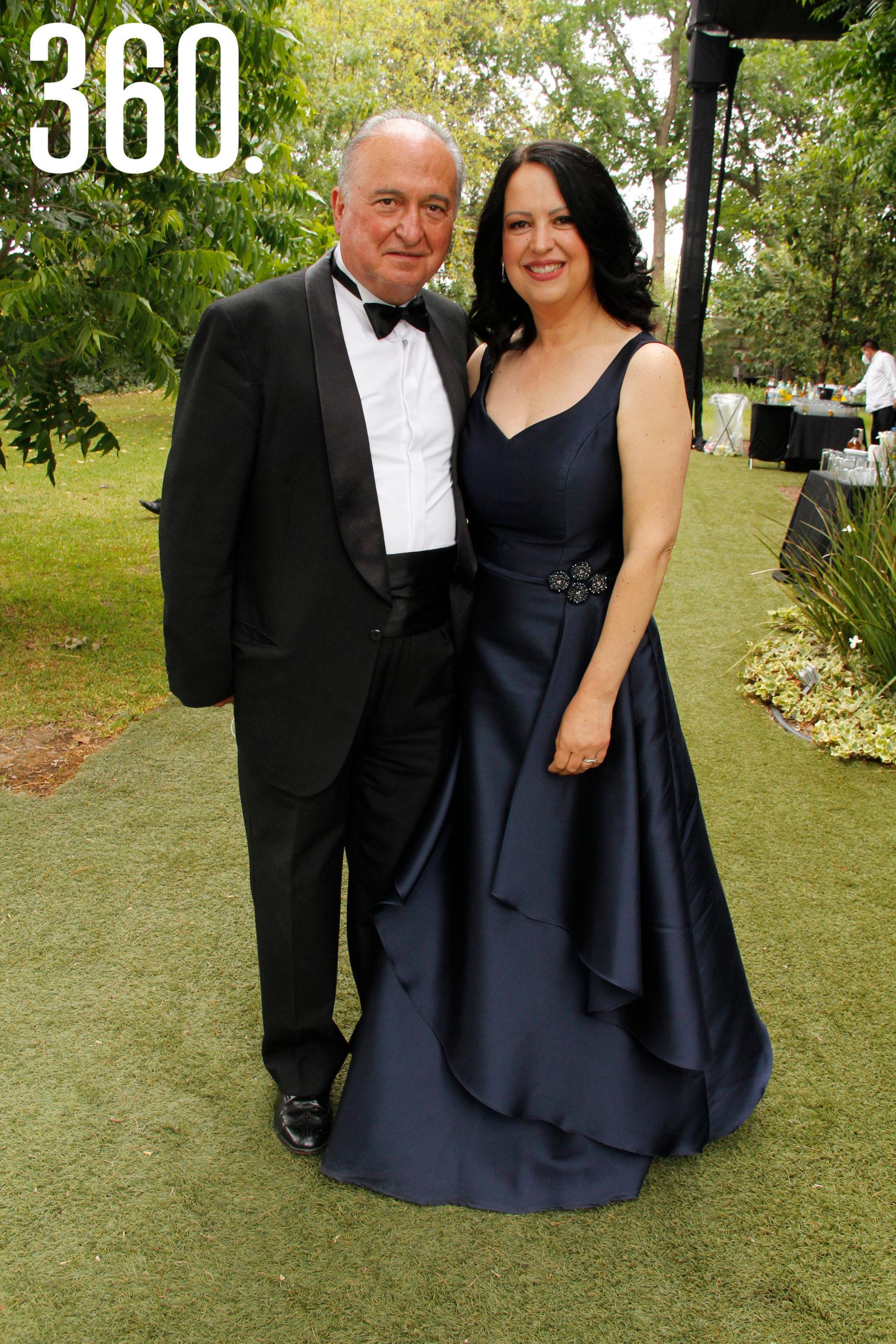 Abel Narro y Sofía Flores Mier, madre de la novia.