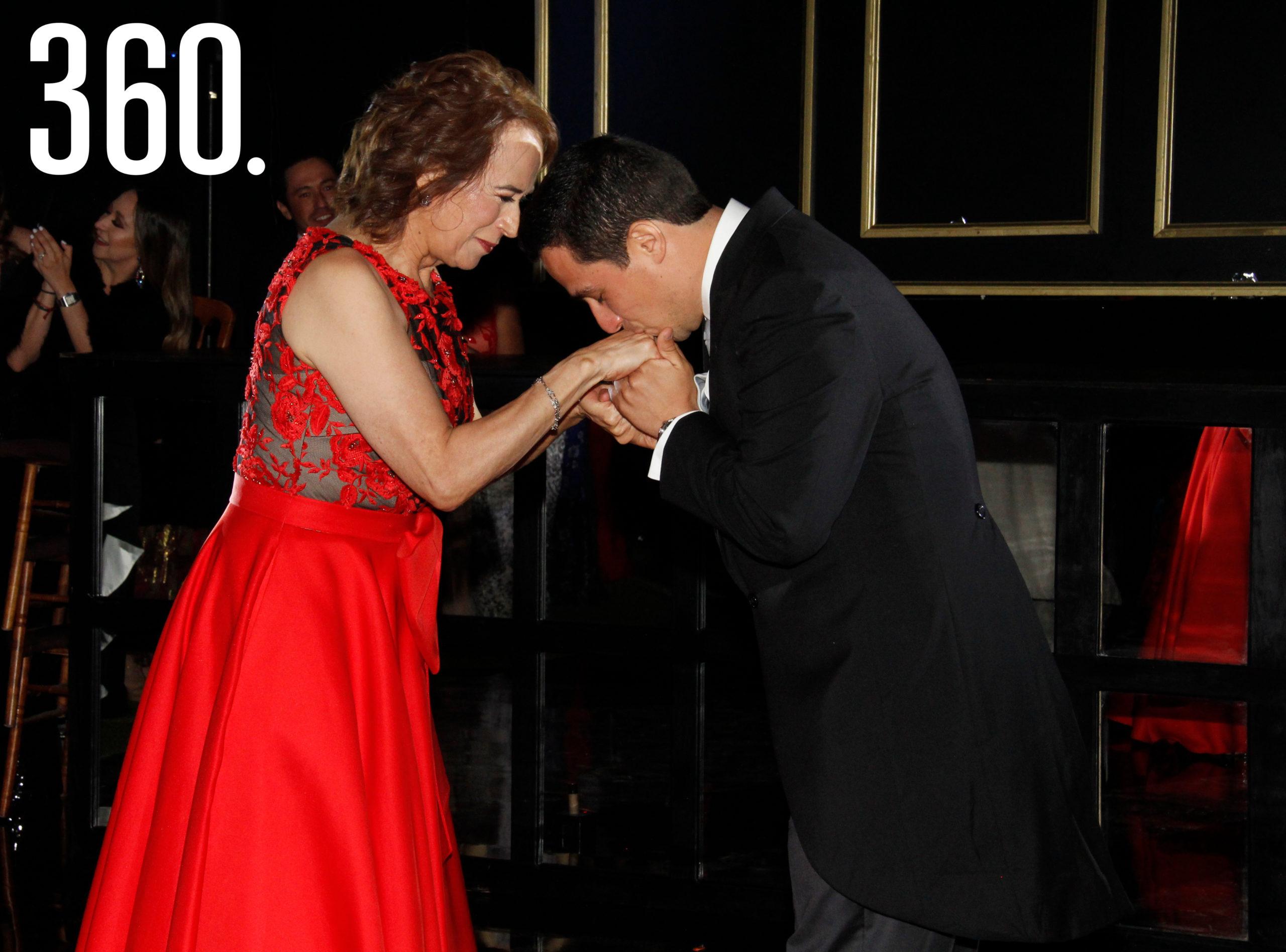 Irma Inés Martínez bailó con su hijo Juan Carlos Díaz.