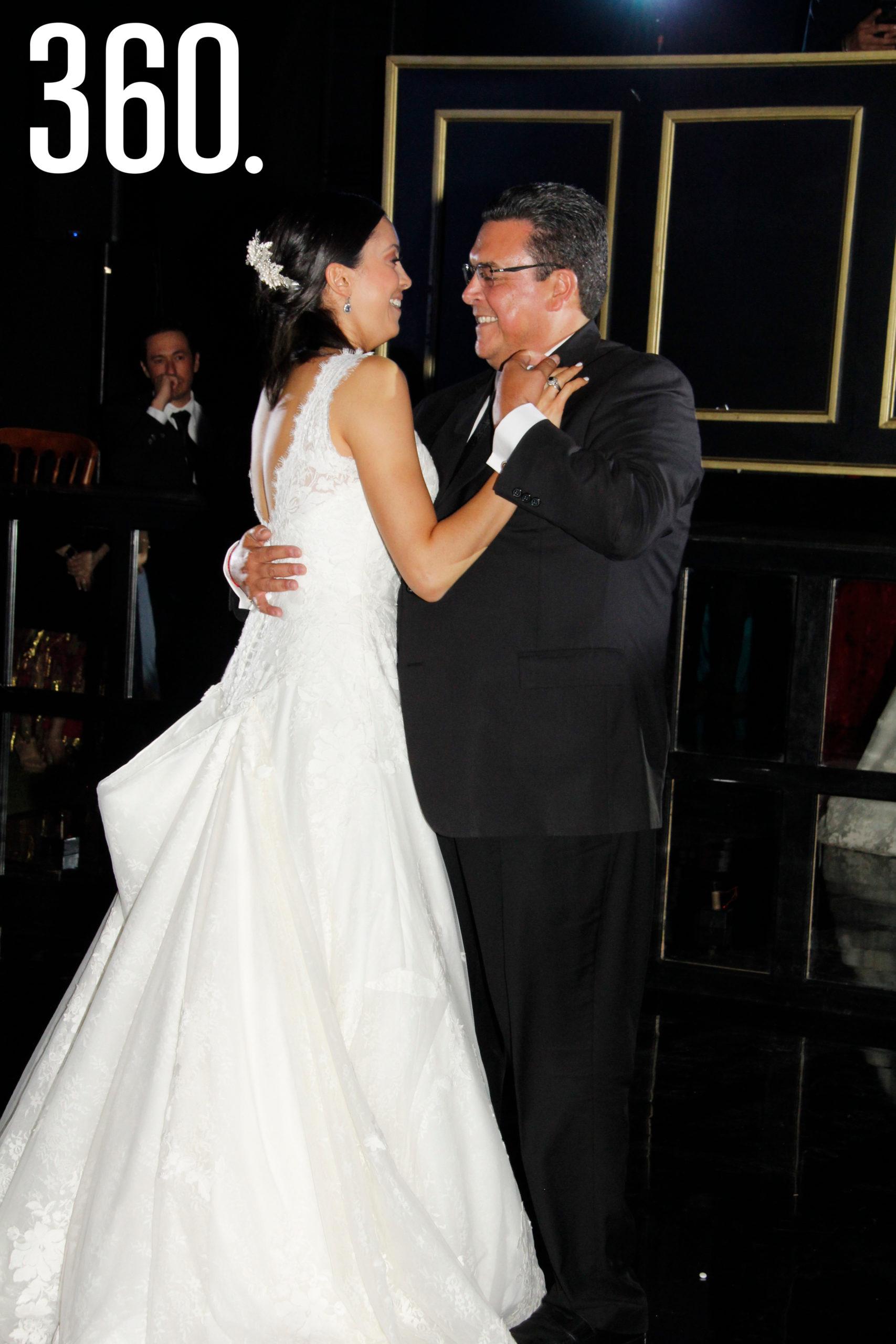 Ana Paula bailó el vals con su papá, Felipe Torres López.