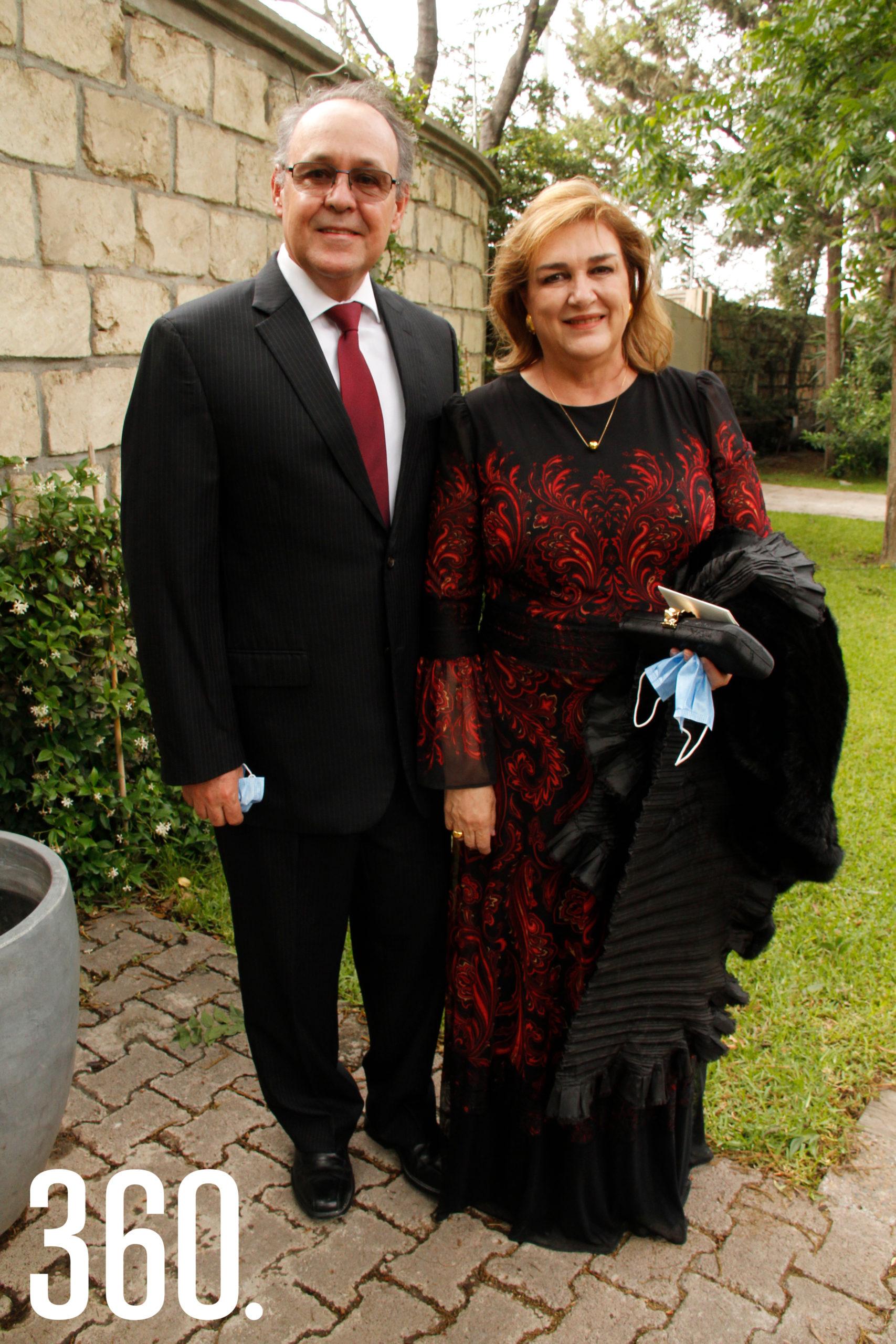 Arturo López y Raquel Torres, padrinos de bautizo de la novia.