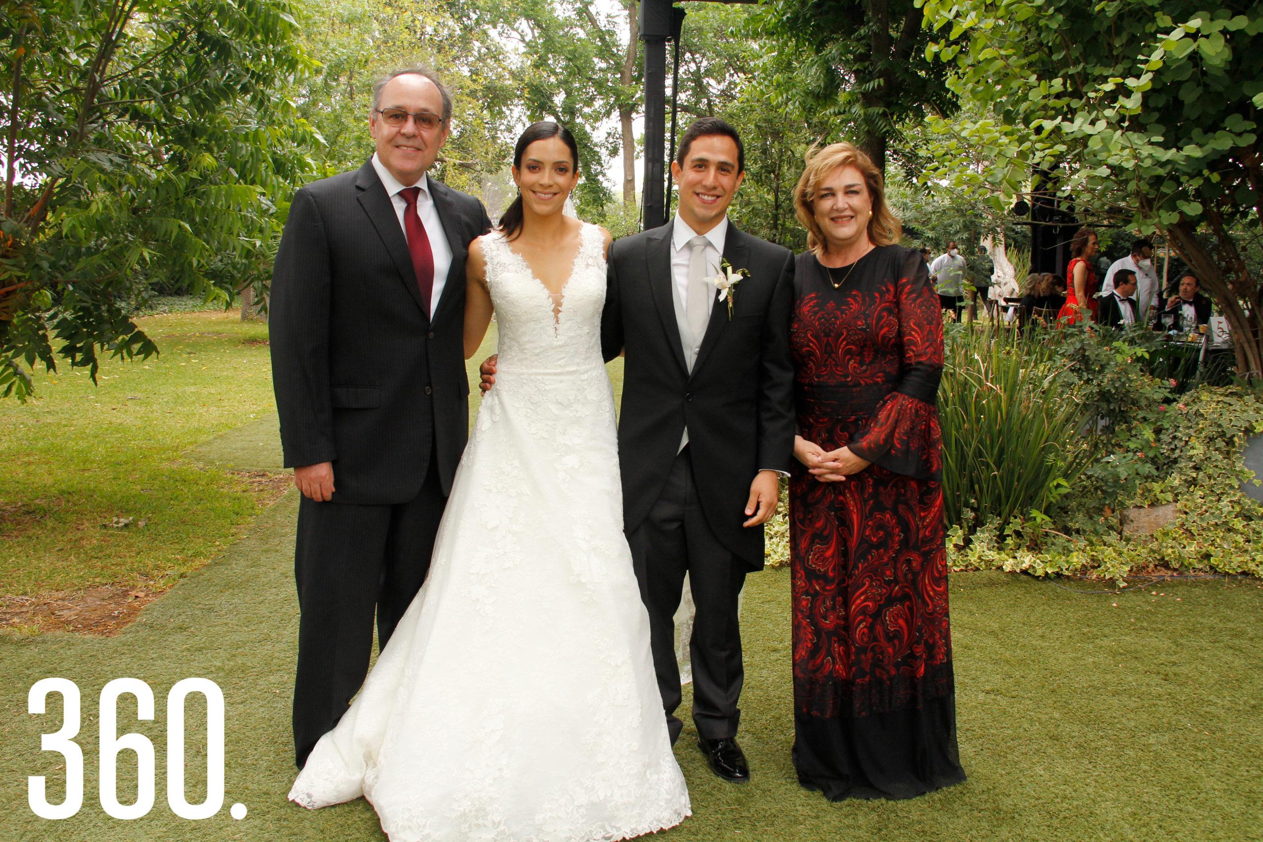 Arturo López y Raquel Torres con su ahijada Ana Paula Torres Flores y Juan Carlos Díaz Martínez.
