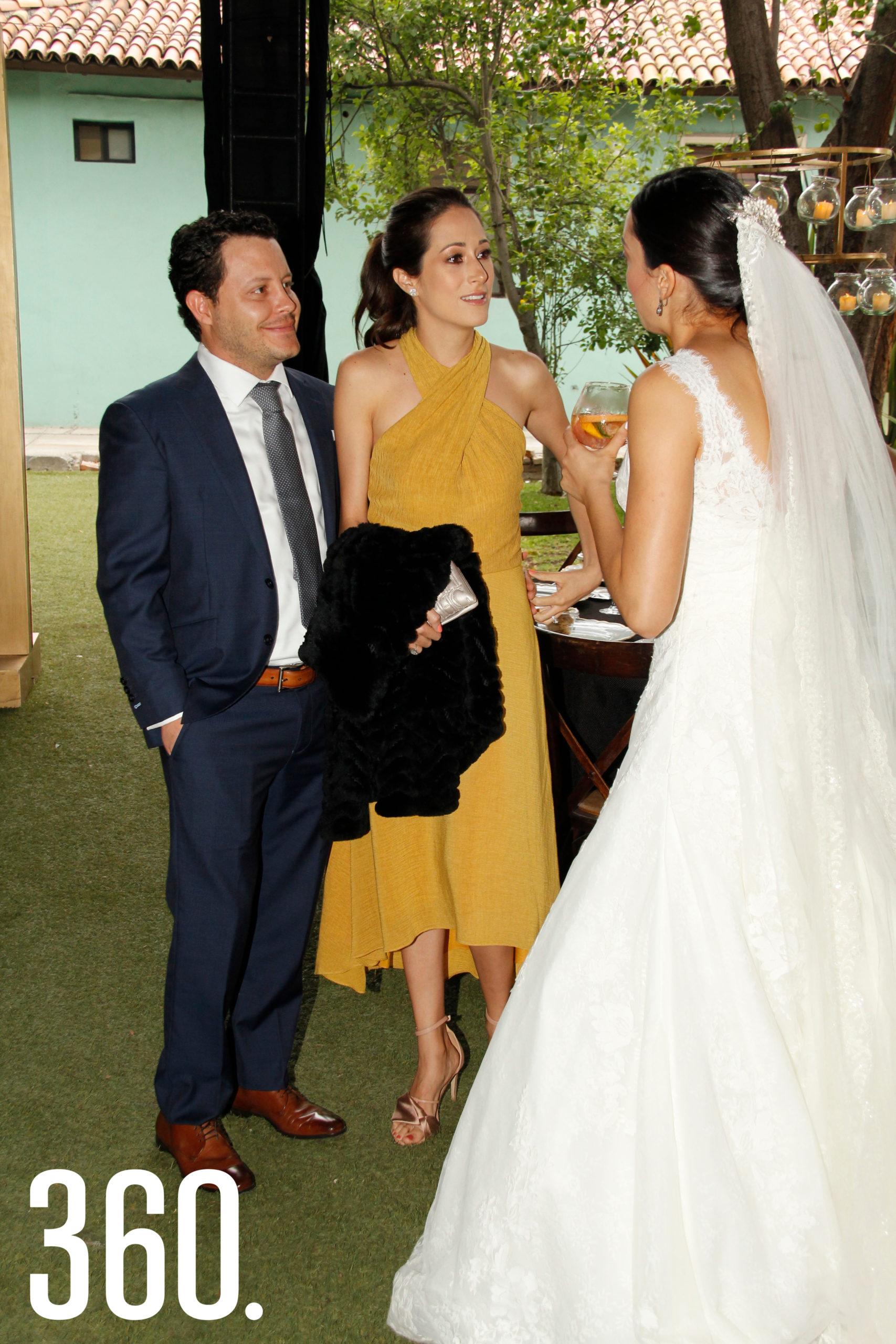 Chuy Arizpe y Paulina de la Garza saludan a la novia.